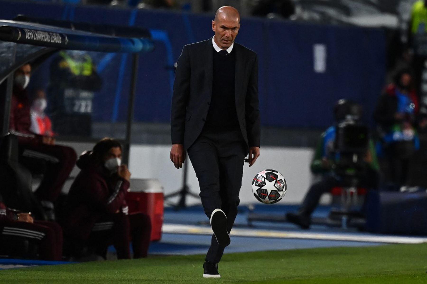 El técnico francés del Real Madrid, Zinedine Zidane, lanza el balón al terreno de juego durante el partido de ida de cuartos de final de la UEFA Champions League entre el Real Madrid y el Liverpool en el estadio Alfredo di Stefano de Valdebebas, en las afueras de Madrid.  Foto:AFP