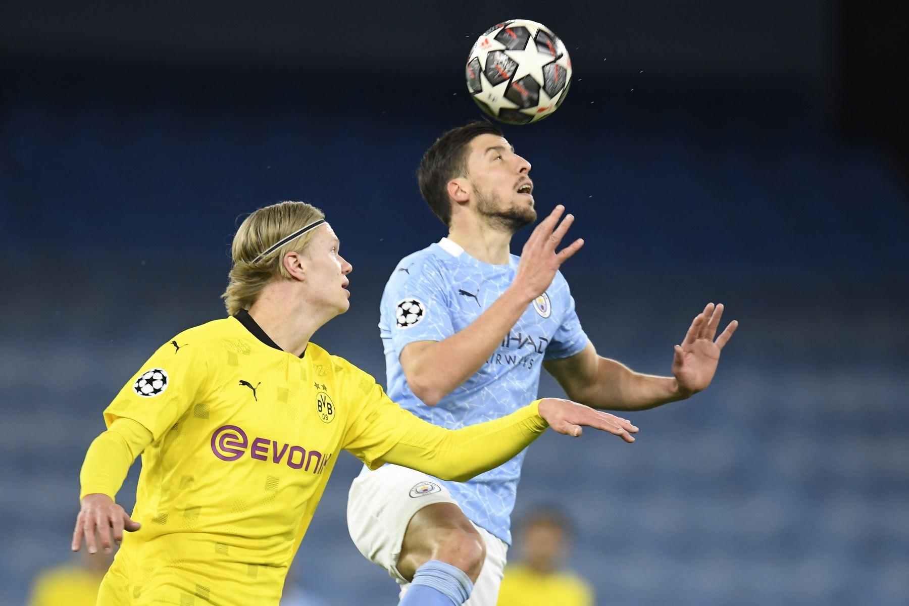 Ruben Dias del Manchester City en acción contra Erling Haaland de Dortmund durante los cuartos de final de la UEFA Champions League,  en Manchester. Foto: EFE