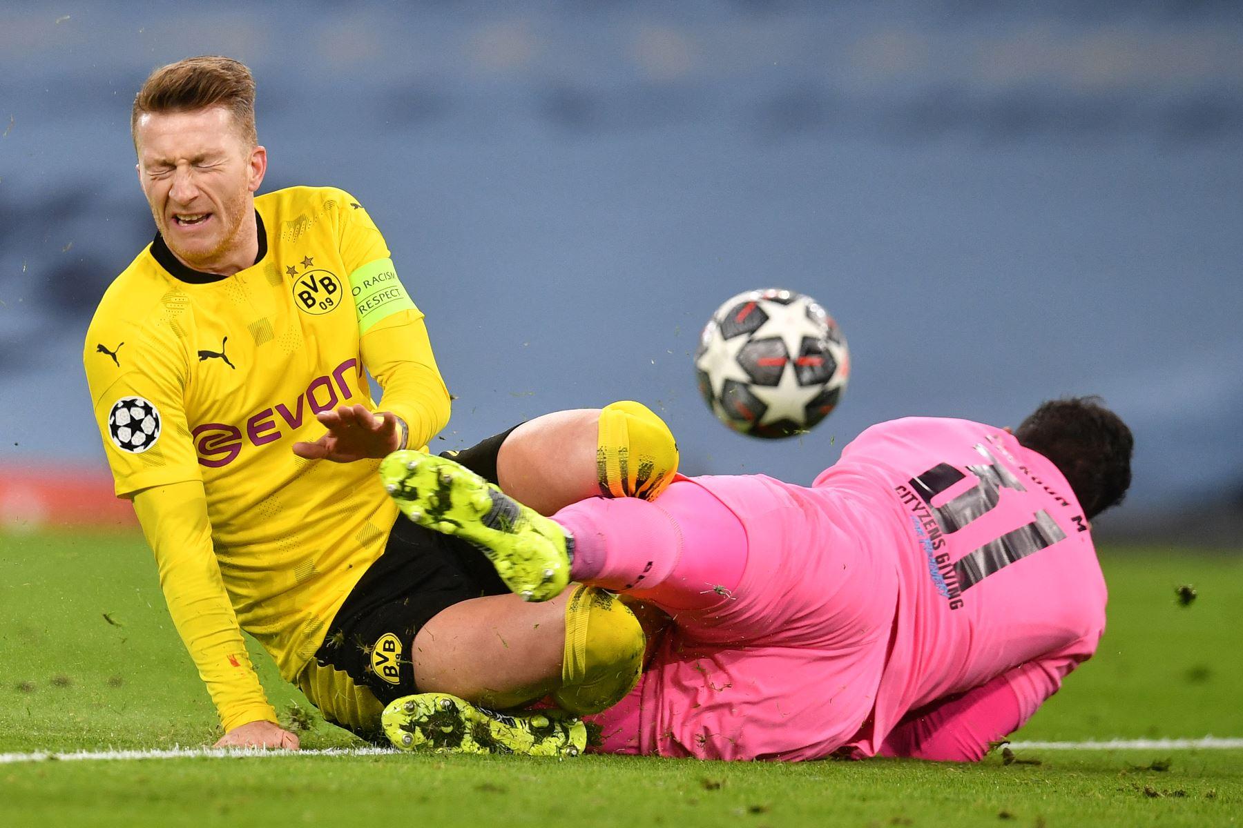 El portero brasileño del Manchester City, Ederson, choca con el delantero alemán del Dortmund, Marco Reus, durante el partido de ida de cuartos de final de la Liga de Campeones de la UEFA. Foto: AFP