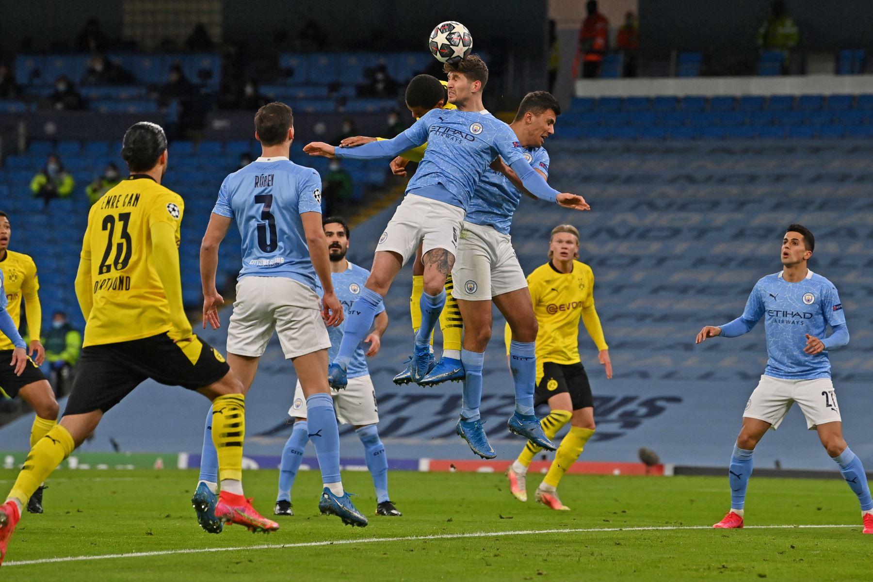El defensor inglés del Manchester City, John Stones, cabecea el balón tras un tiro de esquina durante el partido de ida de cuartos de final de la Liga de Campeones de la UEFA. Foto: AFP