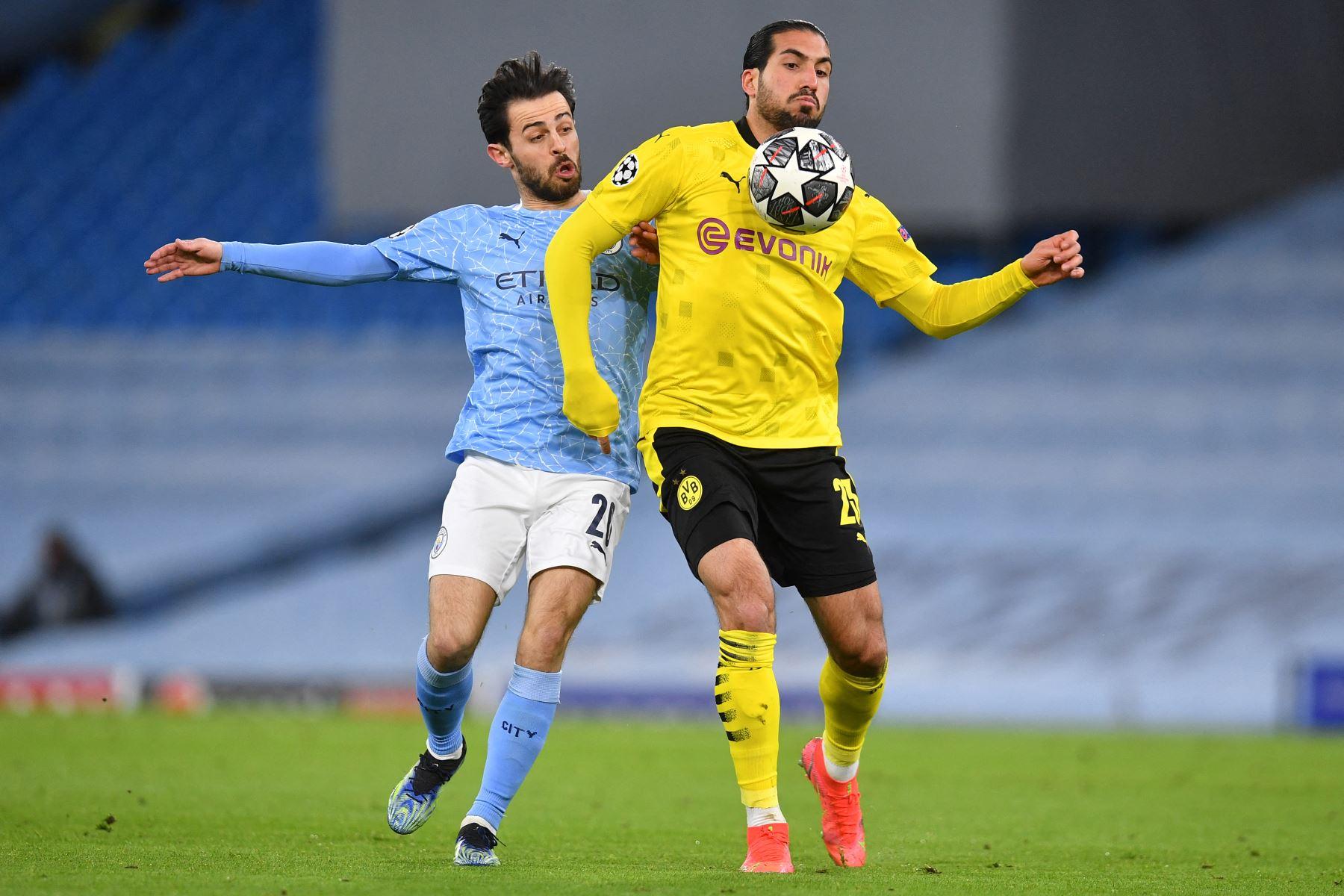 El centrocampista portugués del Manchester City, Bernardo Silva, compite con el mediocampista alemán del Dortmund, Emre Can, durante el partido de ida de cuartos de final de la Liga de Campeones de la UEFA. Foto: AFP