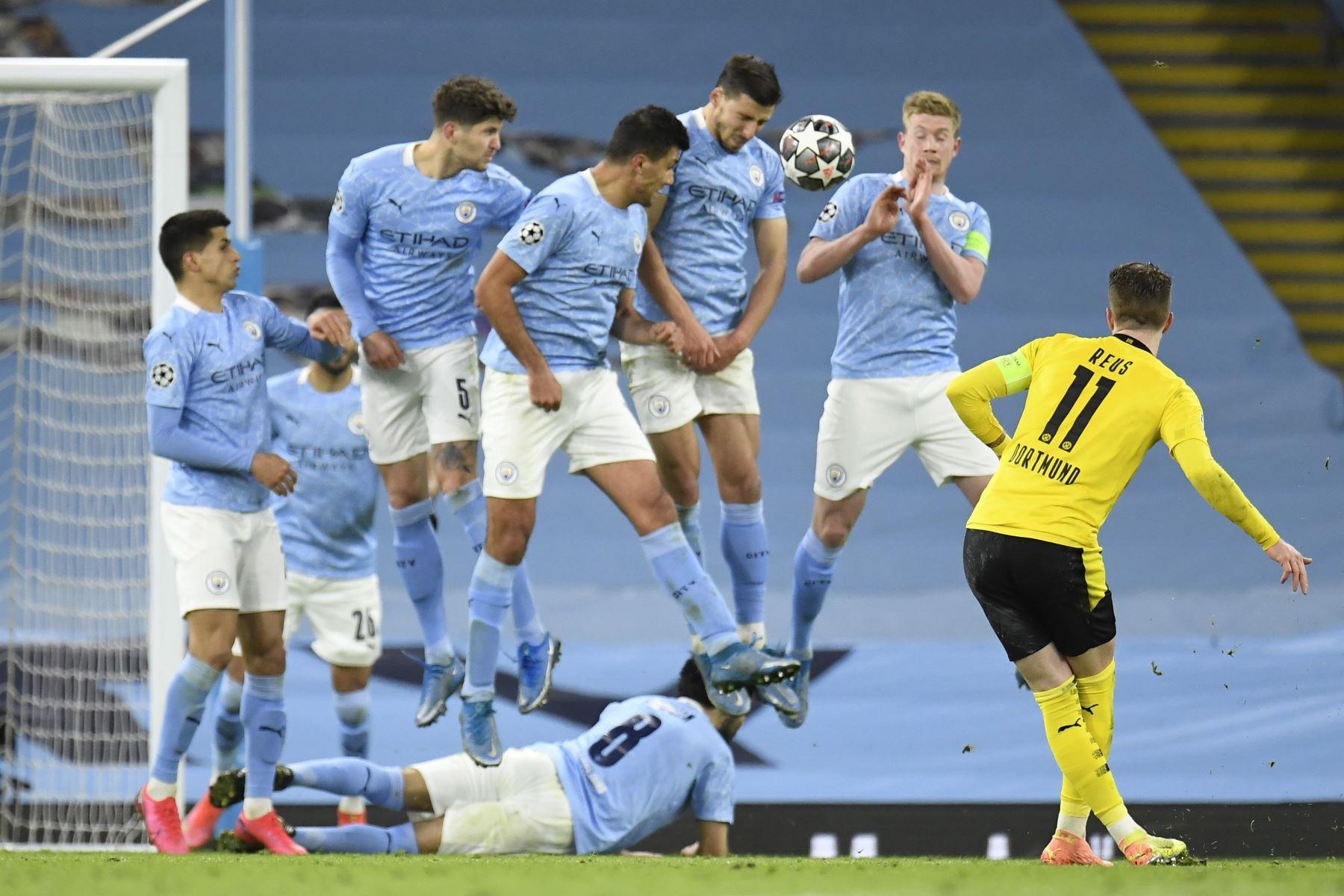 Marco Reus de Dortmund dispara un tiro libre durante los cuartos de final de la Liga de Campeones de la UEFA. Foto: EFE