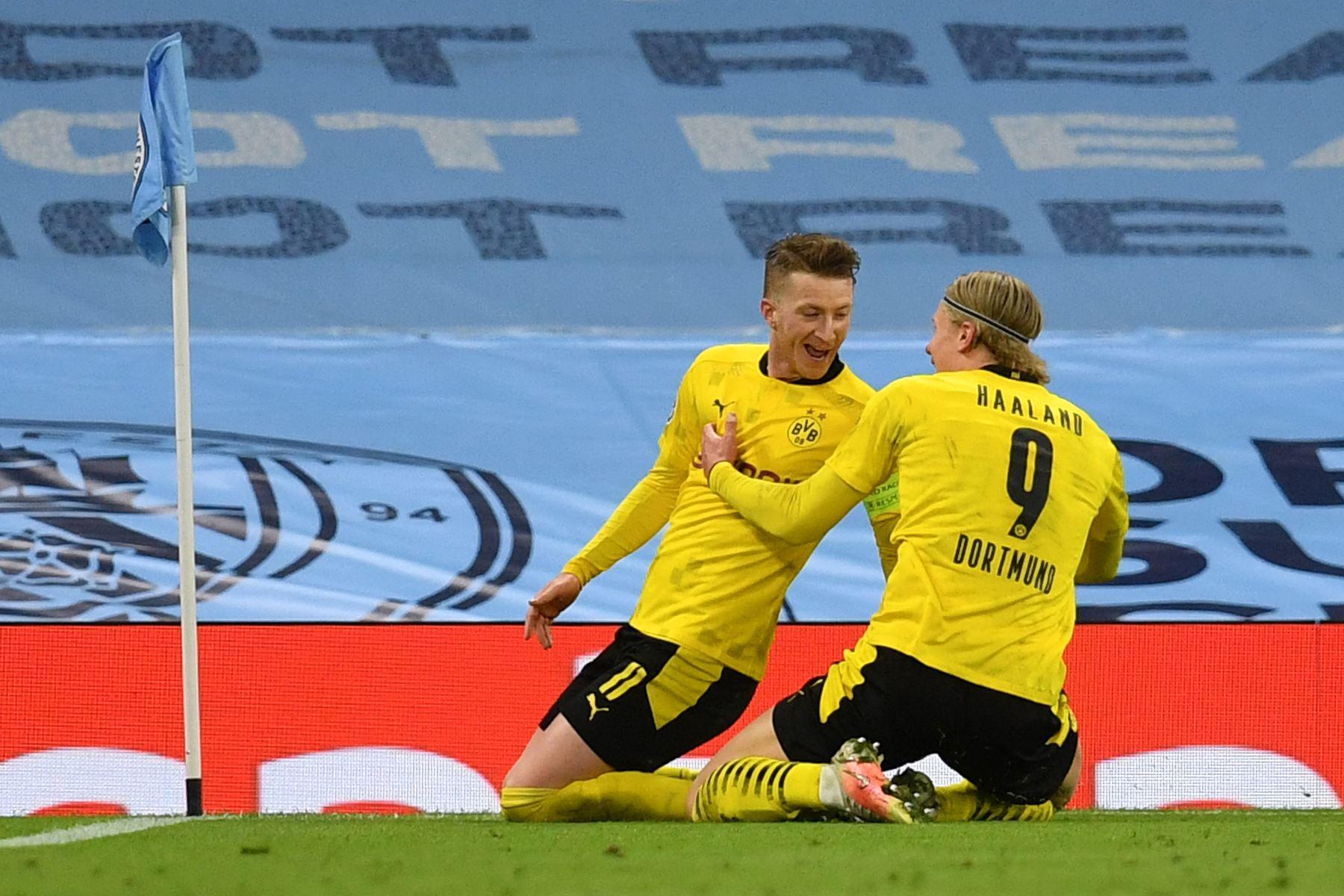 El delantero alemán del Dortmund Marco Reus celebra tras anotar el gol de la igualación con el delantero noruego del Dortmund Erling Braut Haaland durante el partido de ida de cuartos de final de la Liga de Campeones de la UEFA. Foto: AFP