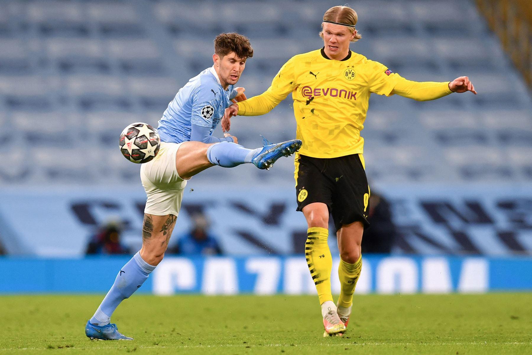 El defensor inglés del Manchester City, John Stones, compite contra el delantero noruego del Dortmund, Erling Haaland, durante el partido de ida de cuartos de final de la Liga de Campeones de la UEFA. Foto: AFP