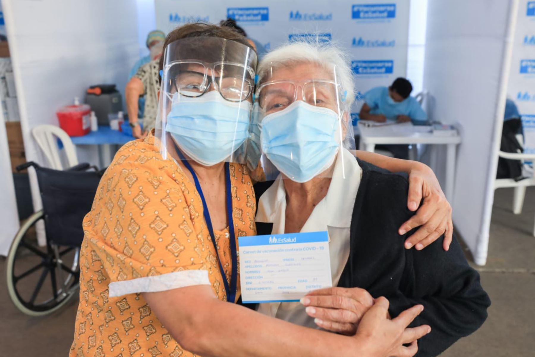 Los asegurados adultos mayores, de 85 años a más, previamente citados, siguen llegando a inmunizarse con la segunda dosis de la vacuna contra la covid-19, al vacunatorio de Plaza Norte. Foto: ANDINA/Essalud