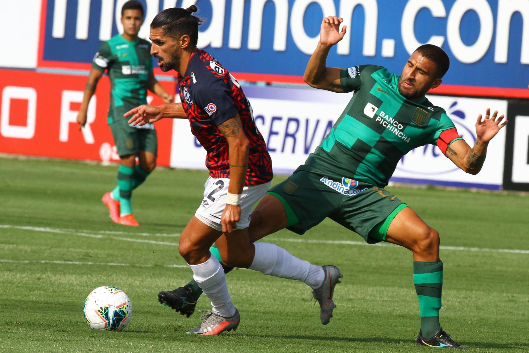Alianza Lima gana 1 a 0 ante Deportivo Municipal. Cardoza disputa el balón con Josemir Ballón  Foto: Liga1FPF