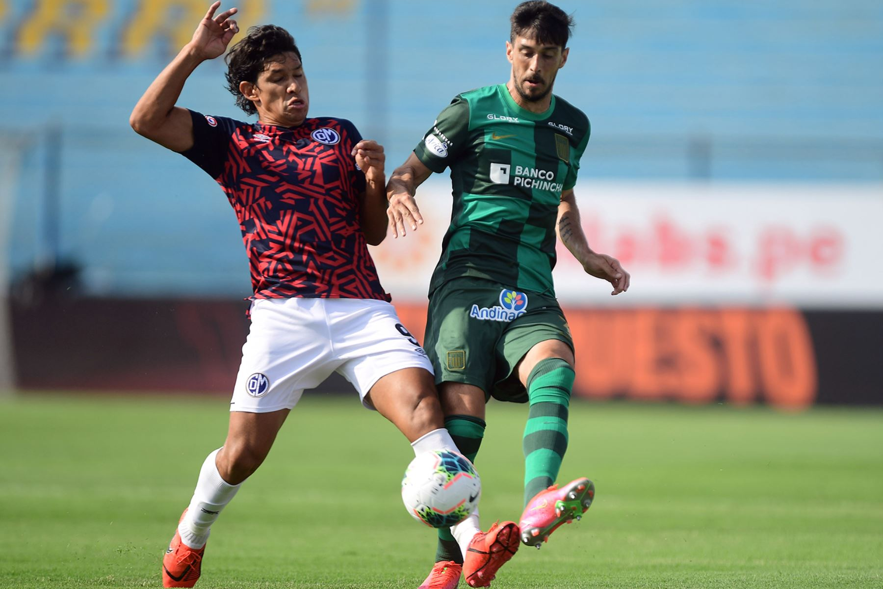 Alianza Lima gana 1 a 0 ante Deportivo Municipal. Búfalo Ovelar de Municipal disputa el balón con Jonathan La Cerda  Foto: Liga1FPF