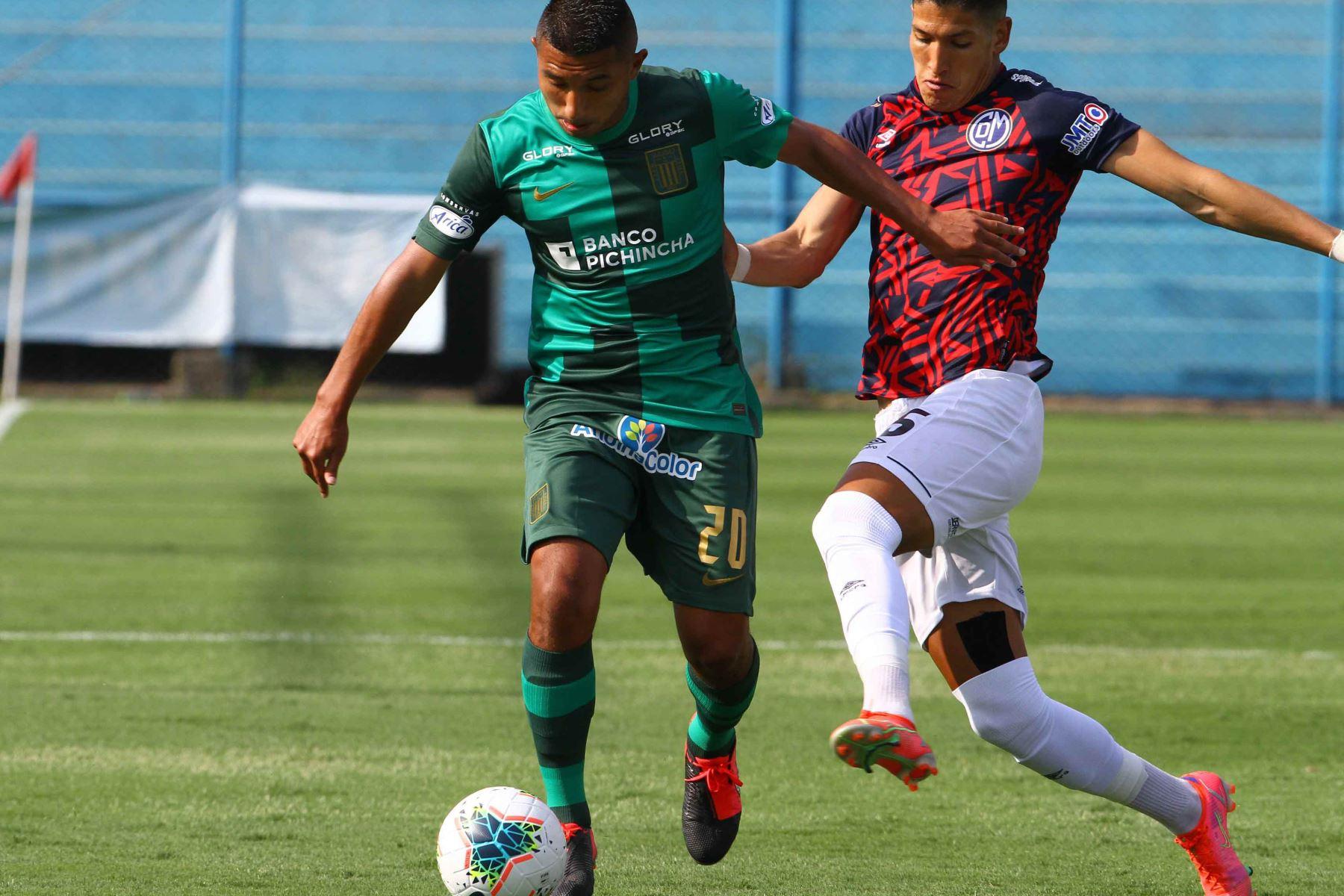 E. Oliva de Alianza Lima disputa el balón con A. Cossio de Deportivo Municipal  Foto: Liga1FPF