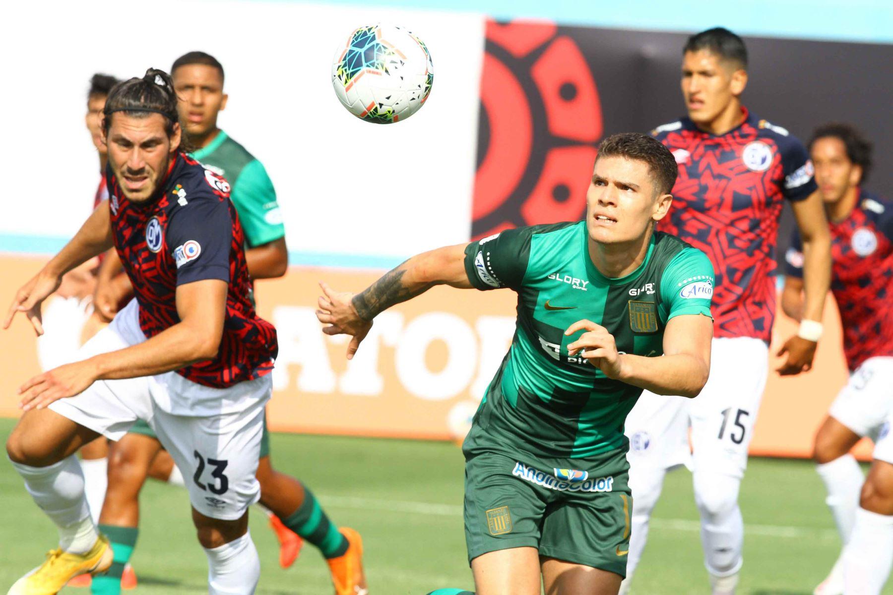 Sebastián Gonzáles Zela de Alianza Lima disputa el balón con M. Saravia de Deportivo Municipal  Foto: Liga1FPF
