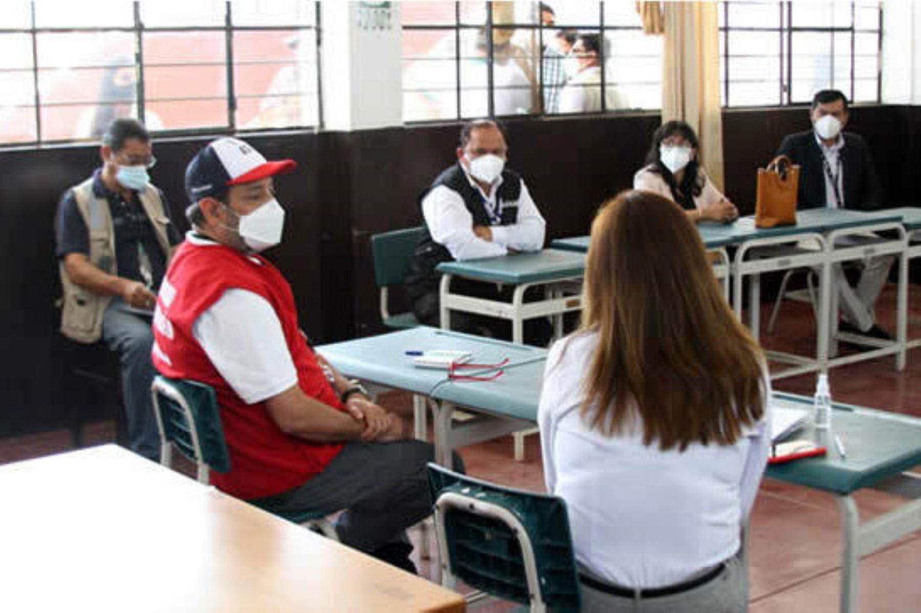 El ministro de Educación, Ricardo Cuenca, participó en la entrega de tablets a estudiantes de la institución educativa N° 20123 del centro poblado de Asia, en la provincia limeña de Cañete. Foto: Minedu