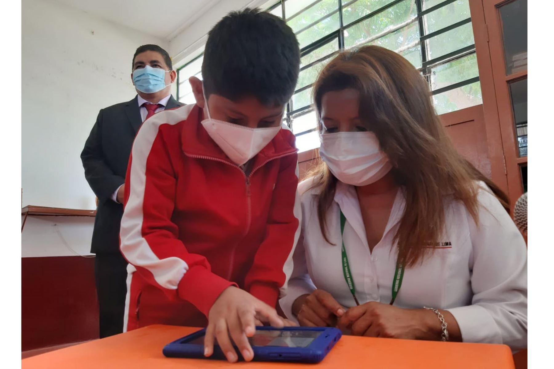 El ministro de Educación, Ricardo Cuenca, participó en la entrega de tablets a estudiantes de la institución educativa N° 20123 del centro poblado de Asia, en la provincia limeña de Cañete. Foto: Facebook Juan Michuy