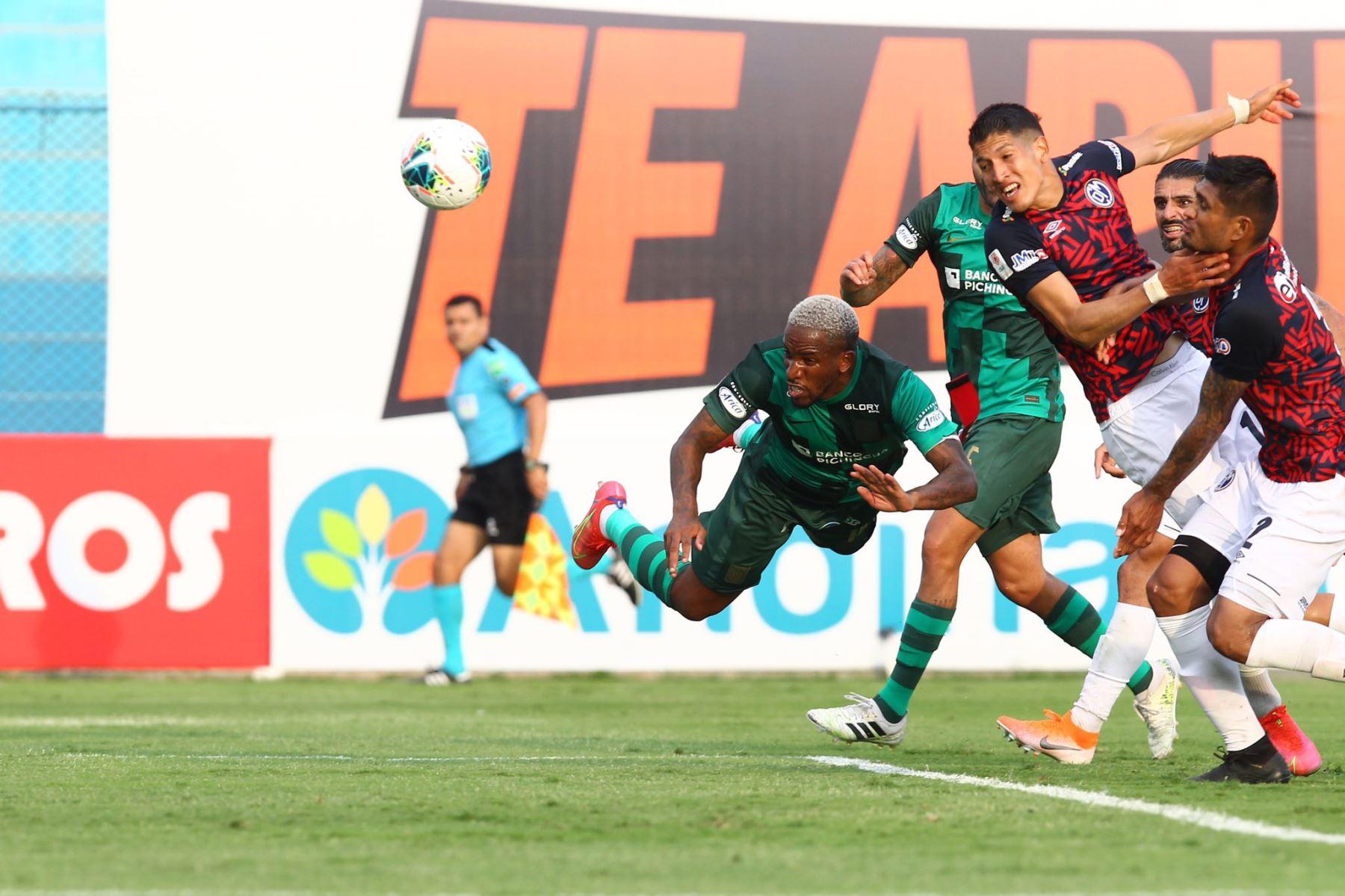 Celebración de Jefferson Farfán de Alianza Lima quien anota un gol  ante Deportivo Municipal en el estadio Alberto Gallardo.  Foto: Liga1FPF