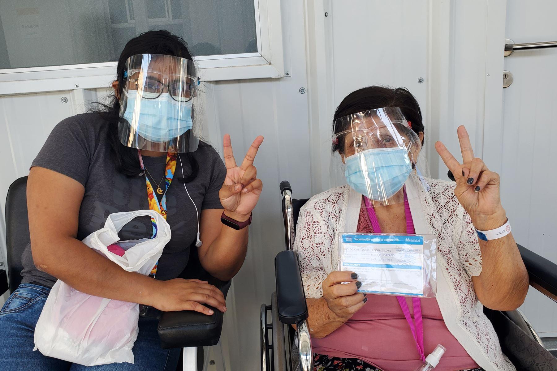 Los asegurados adultos mayores, de 85 años a más, previamente citados, siguen llegando a inmunizarse con la segunda dosis de la vacuna contra la covid-19, al vacunatorio  Aljovín. Foto: ANDINA/Essalud