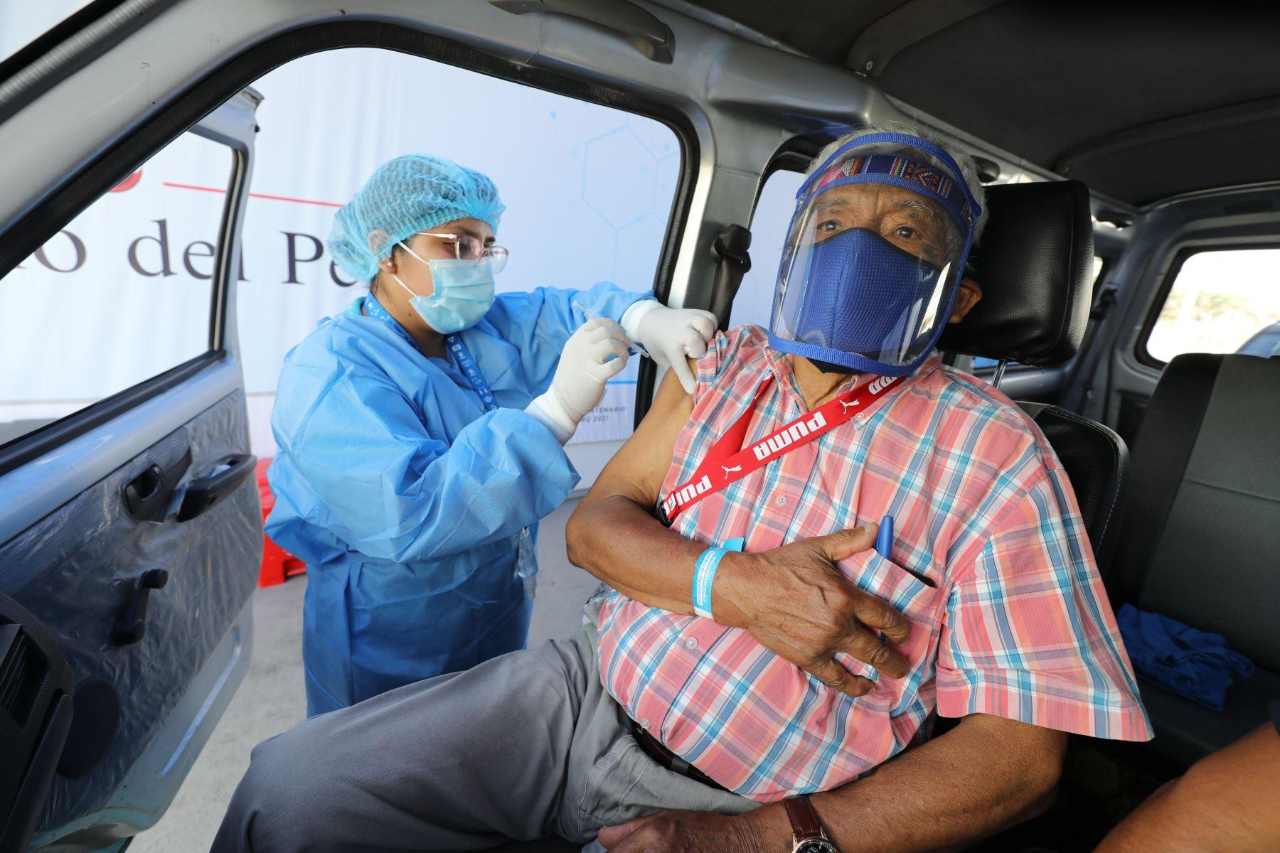 Los asegurados adultos mayores, de 85 años a más, previamente citados, llegaron a inmunizarse con la segunda dosis de la vacuna contra la covid-19, al vacunatorio de la Explanada del Estadio Monumental.  Foto: ANDINA/Essalud