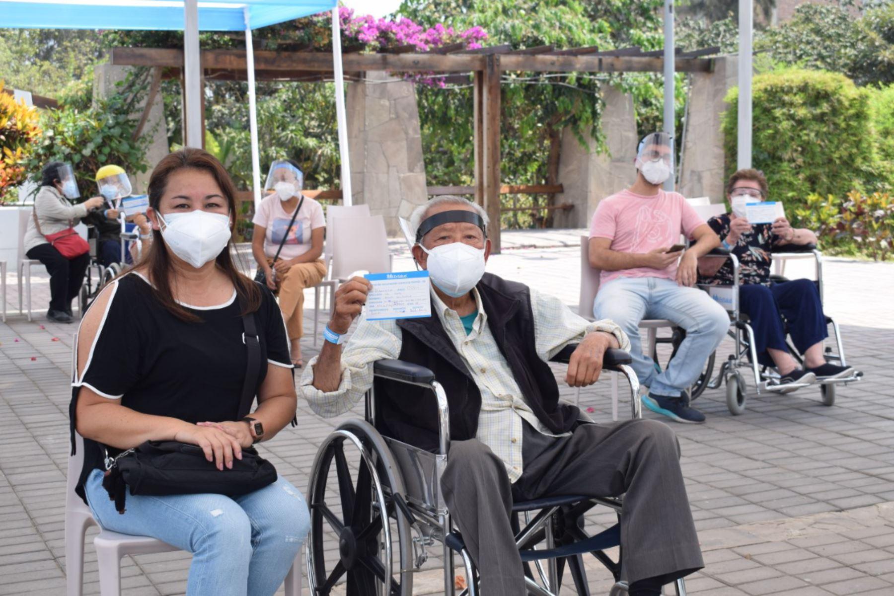 Los asegurados adultos mayores, de 85 años a más, previamente citados, siguen llegando a inmunizarse con la segunda dosis de la vacuna contra la covid-19, al vacunatorio Essalud San Isidro Labrador en Ate. Foto: ANDINA/Essalud
