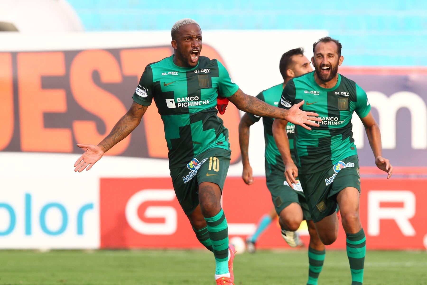 Jefferson Farfán celebra el gol con Alianza Lima.