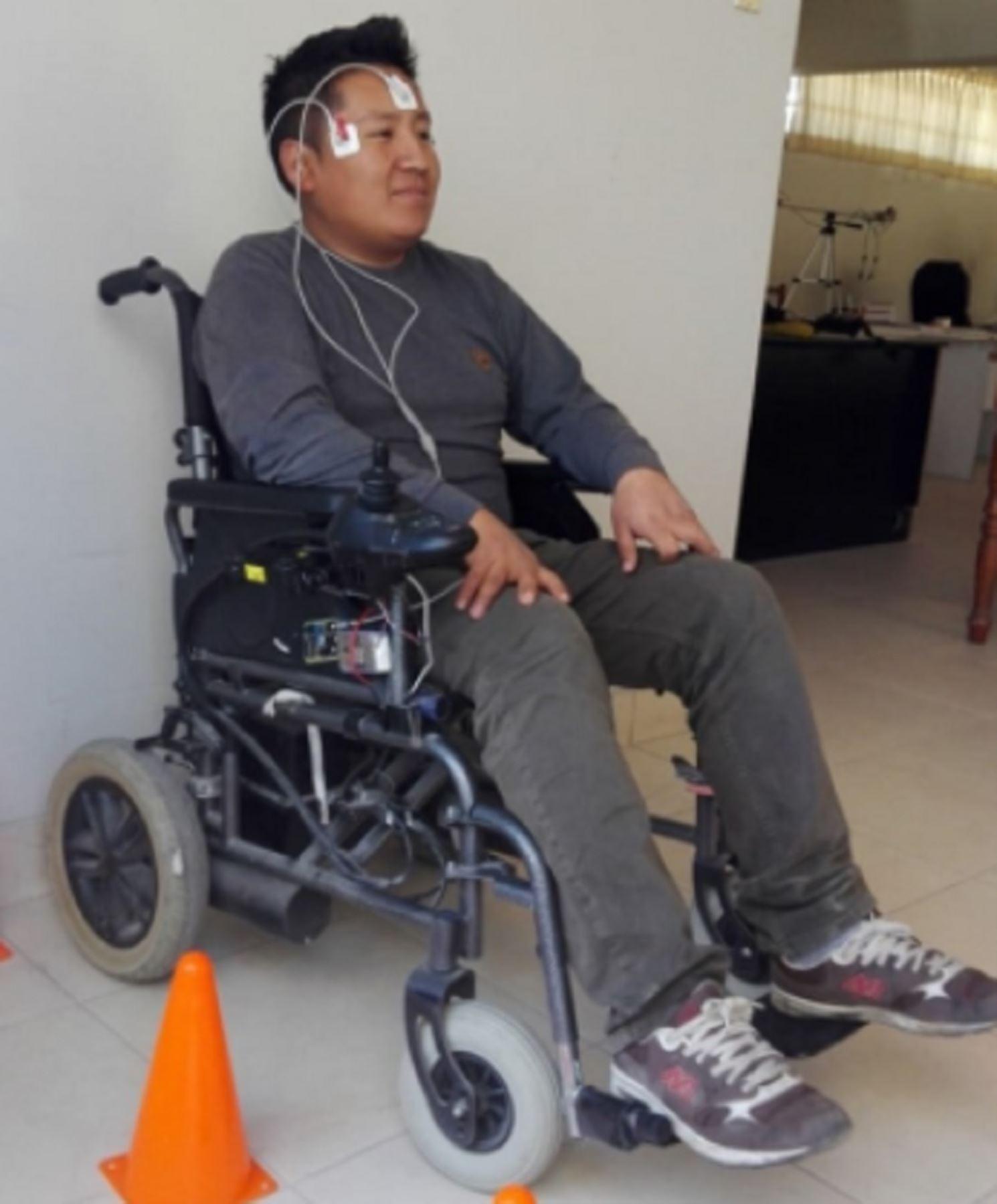 Investigadores de la Universidad Nacional de San Agustín de Arequipa hicieron un importante aporte tecnológico para mejorar la calidad de vida de las personas con discapacidad motriz al desarrollar una silla de ruedas controlada con los movimientos de sus ojos. Foto: UNSA