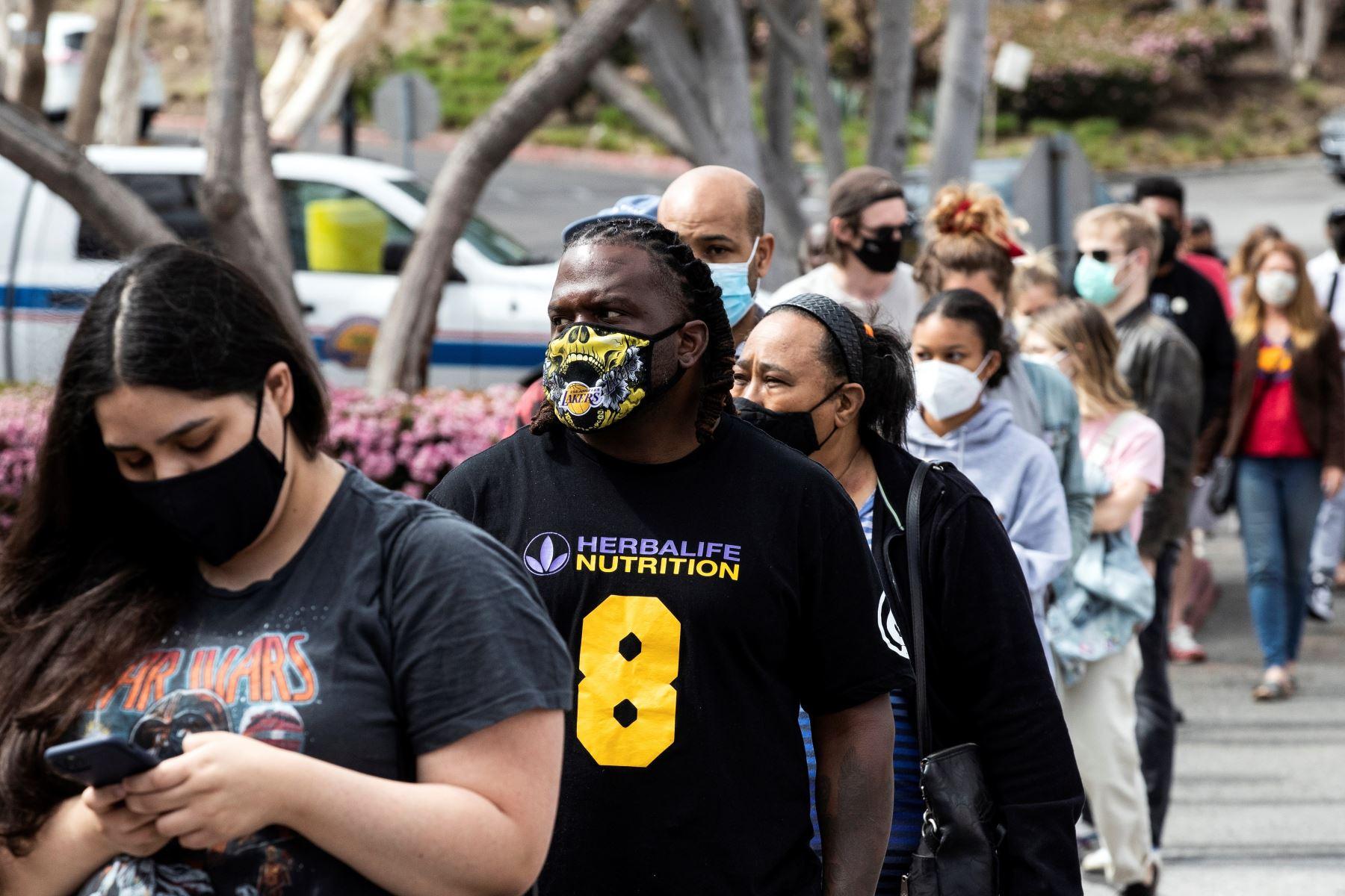 Personas hacen fila para vacunarse en la clínica de vacunación contra la Covid-19 de la Agencia Federal para el Manejo de Emergencias (FEMA) en Crenshaw, California, Estados Unidos, 06 de abril de 2021. Foto: EFE