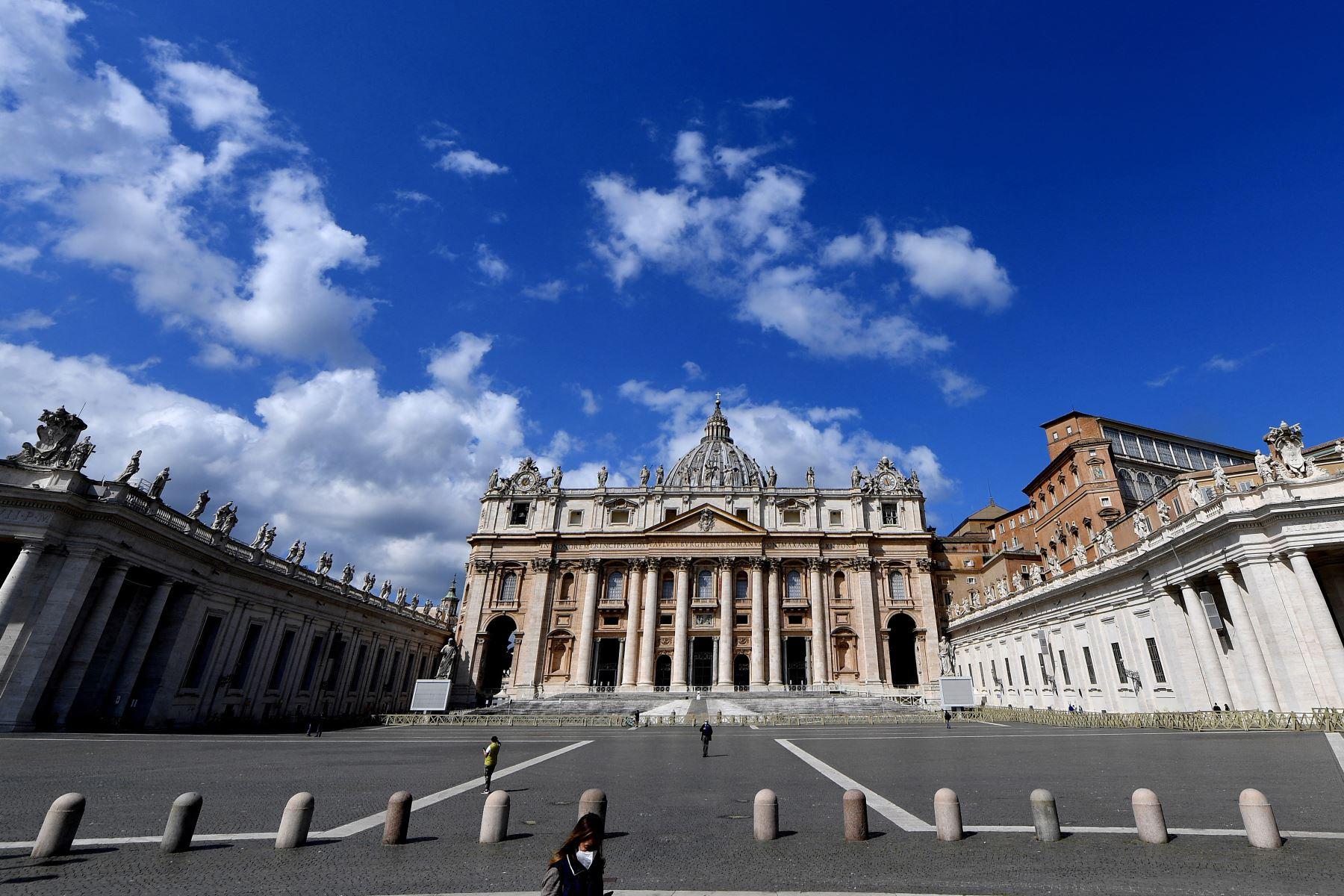 Una fotografía tomada el 5 de abril de 2021 en el Vaticano muestra una plaza de San Pedro desierta, en medio de la pandemia de Covid-19. Foto: AFP
