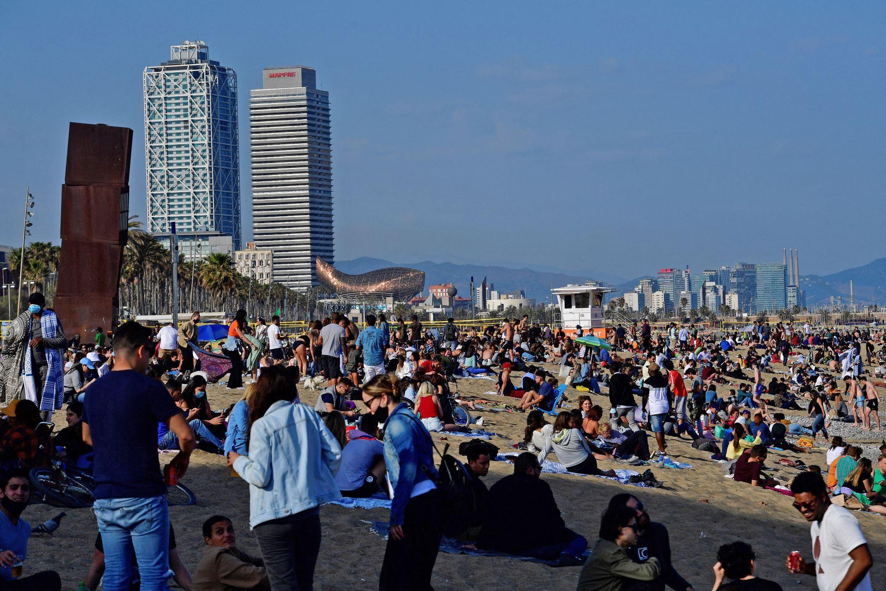 Un gran número de personas disfruta de un día en la playa de la Barceloneta, en Barcelona, el 3 de abril de 2021. Foto: AFP