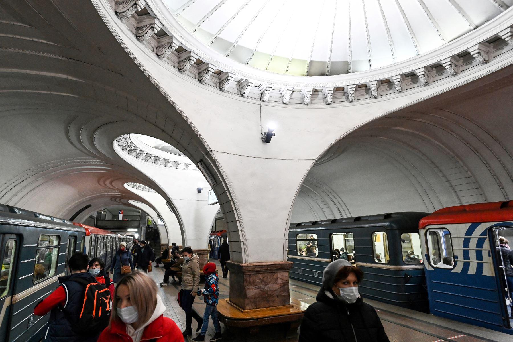 Personas que usan máscaras caminan en la estación de metro Sokol en Moscú el 25 de marzo de 2021, en medio de la pandemia de coronavirus. Foto: AFP
