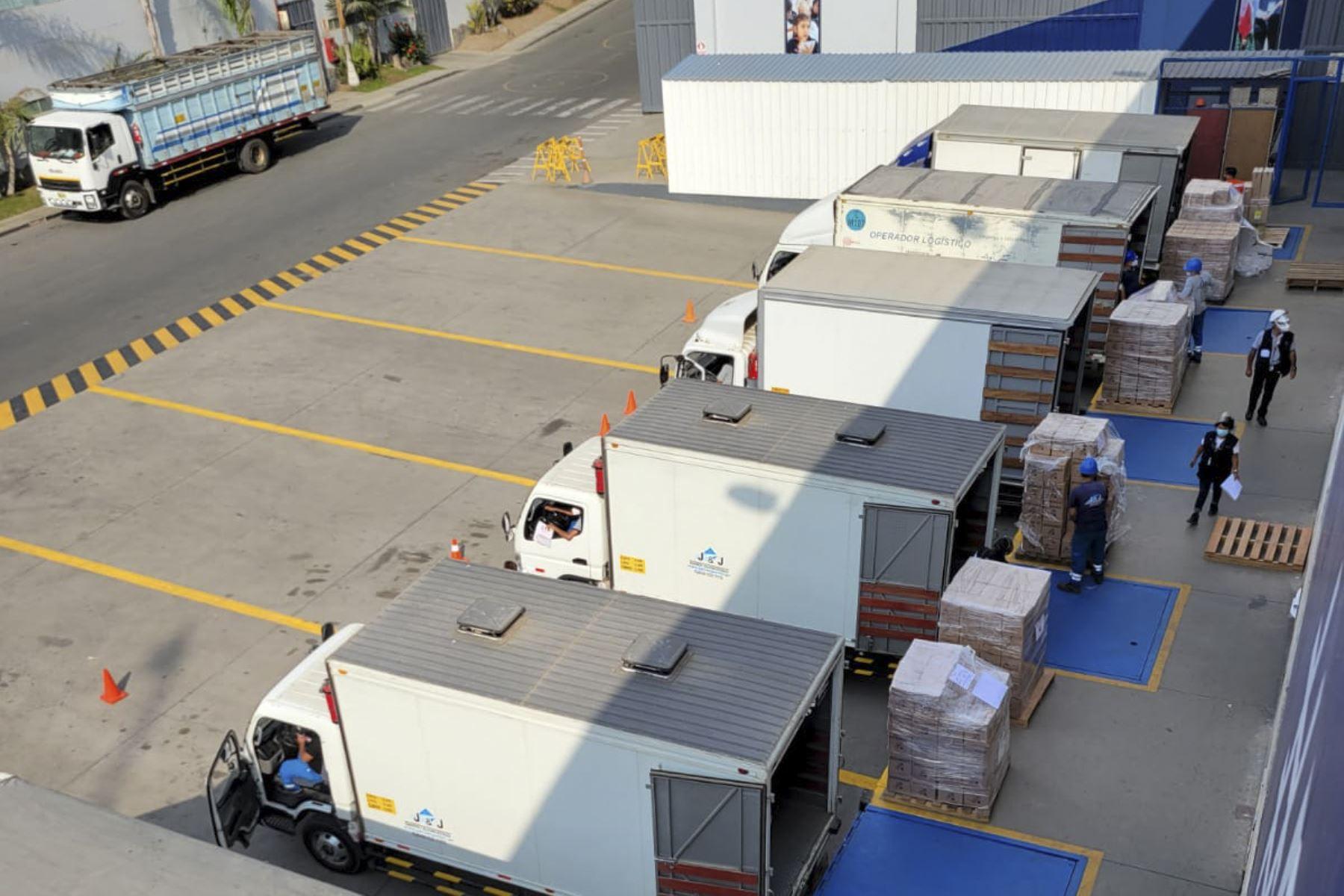 La Misión Electoral de la OEA en Perú observó en la Central de Gerencia de Organización Electoral de la ONPE la preparación y carga de material para las Elecciones 2021 que serán utilizados en Lima y el área metropolitana y que se distribuirá el viernes. Foto: Difusión