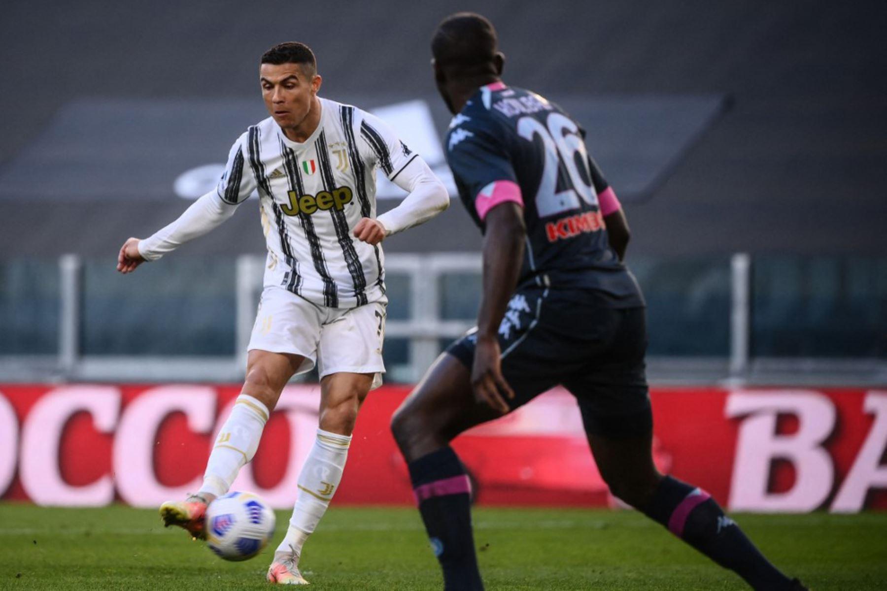 El delantero portugués de la Juventus, Cristiano Ronaldo, dispara para abrir el marcador durante el partido de fútbol de la Serie A italiana Juventus vs Napoli.  Foto: AFP