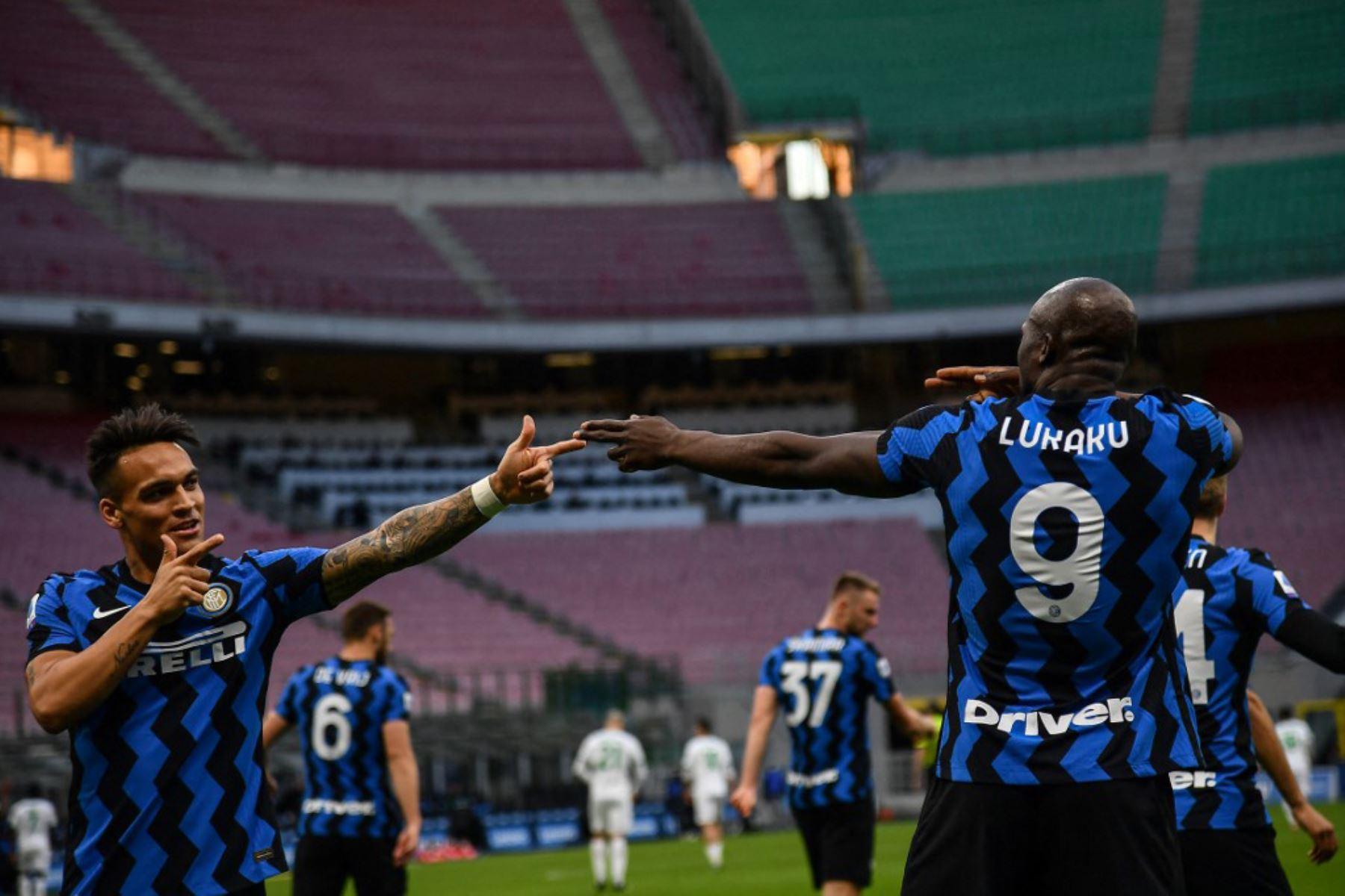 El delantero belga del Inter de Milán Romelu Lukaku (R) celebra con el delantero argentino del Inter de Milán Lautaro Martínez después de abrir el marcador durante el partido de fútbol de la Serie A italiana Inter de Milán vs Sassuolo.  Foto:AFP