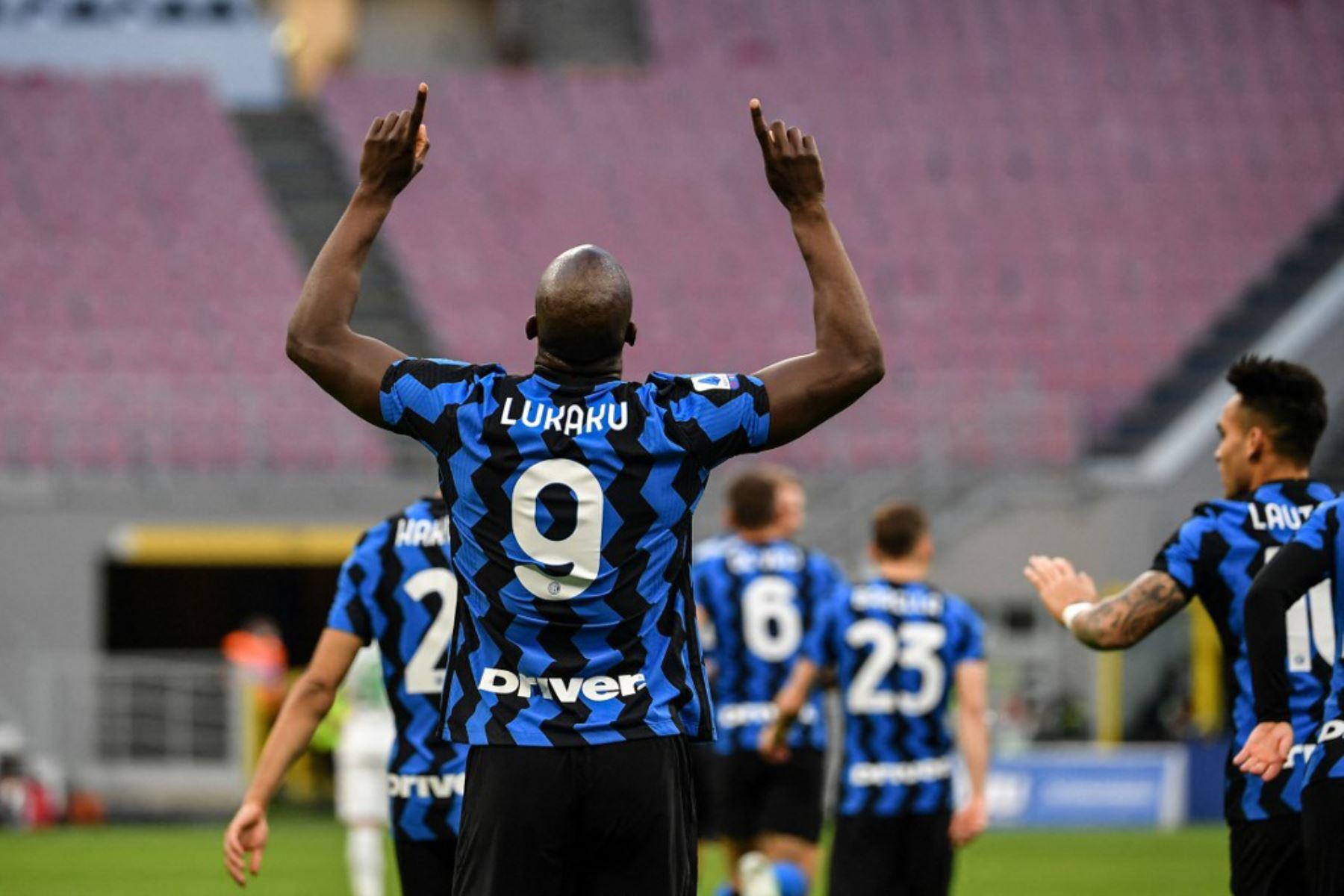 El delantero belga del Inter de Milán Romelu Lukaku celebra tras abrir el marcador durante el partido de fútbol de la Serie A italiana Inter de Milán vs Sassuolo.  Foto:AFP