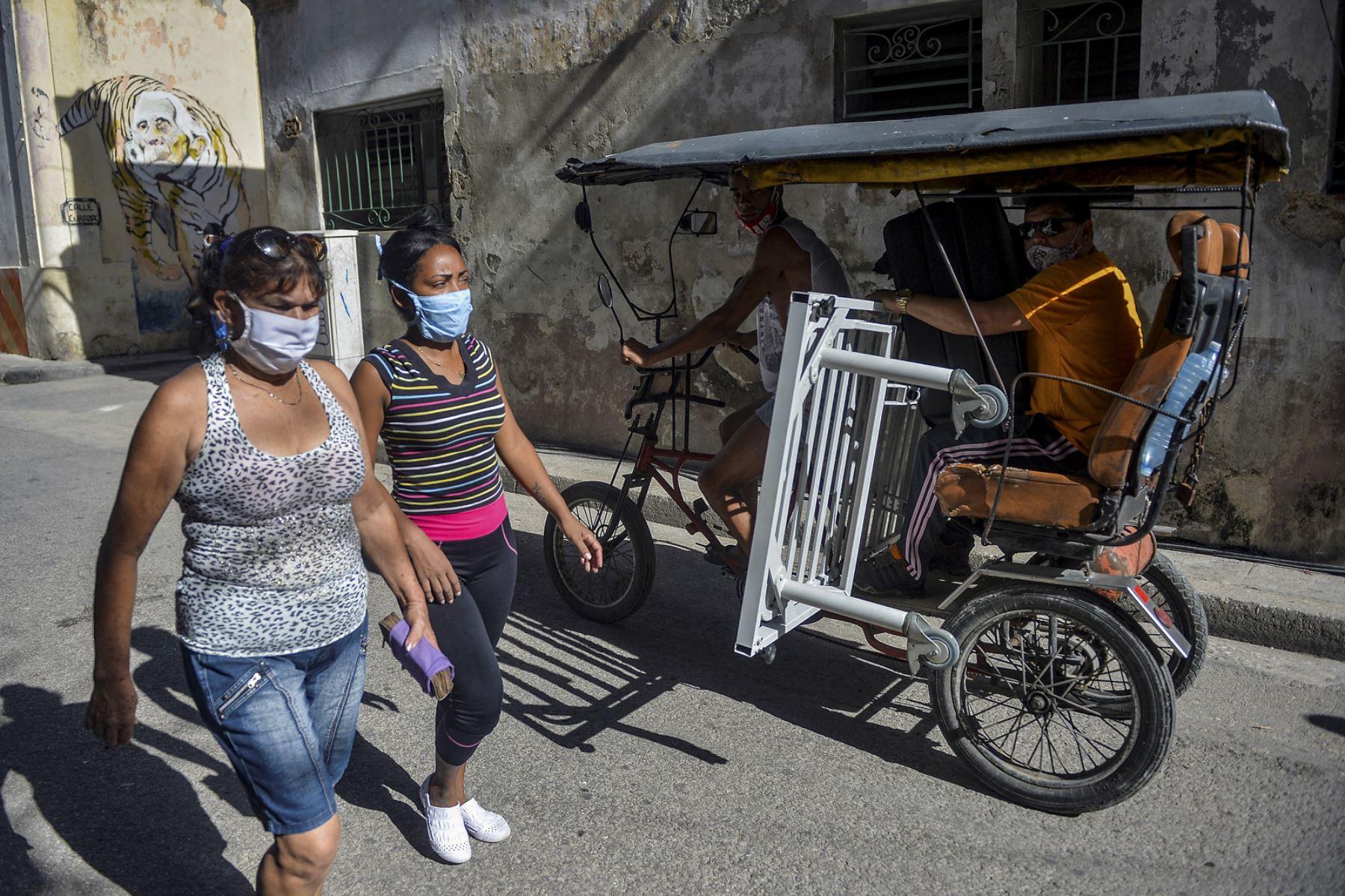 Mujeres con mascarillas caminan por una calle de La Habana, el 6 de abril de 2021, en medio de la pandemia del coronavirus. Foto: EFE