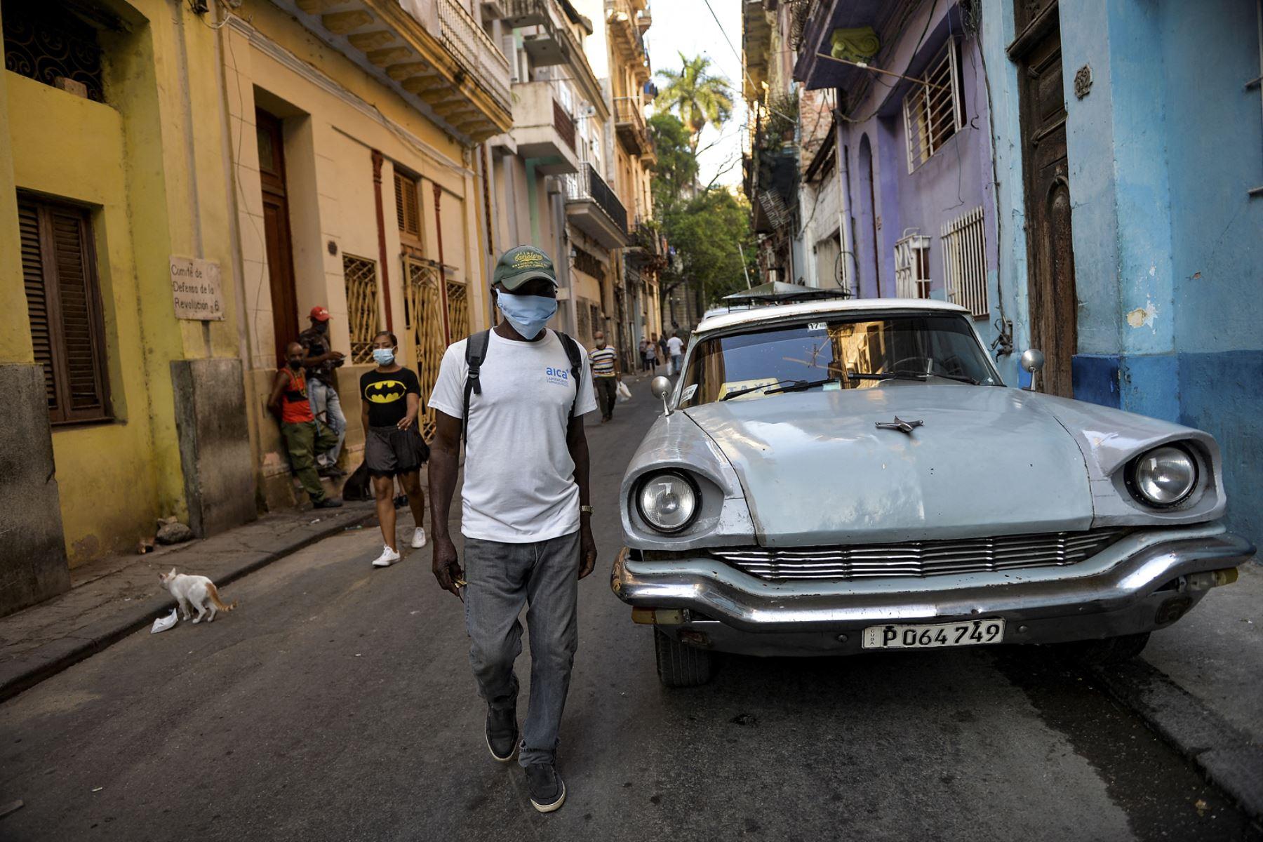 Un anciano con mascarilla camina por una calle de La Habana, el 6 de abril de 2021, en medio del incremento de contagios por coronavirus. Foto: AFP