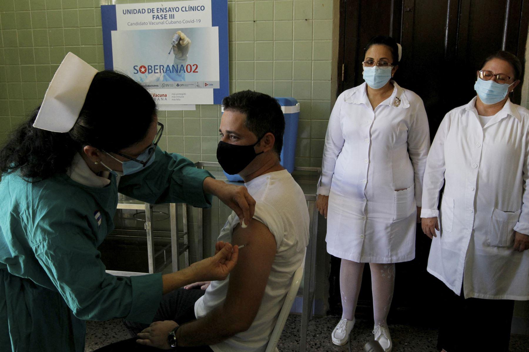 Una enfermera administra la candidata a vacuna cubana