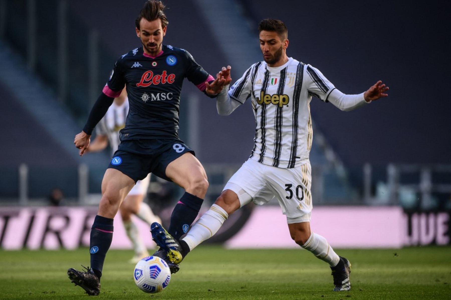El centrocampista uruguayo de la Juventus Rodrigo Bentancur (r) aborda al mediocampista español del Napoli Fabian Ruiz durante el partido de fútbol de la Serie A italiana Juventus vs Napoli.  Foto:AFP