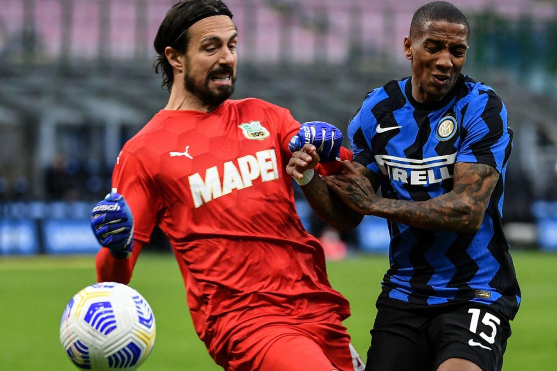 El centrocampista inglés del Inter de Milán Ashley Young (R) desafía al portero italiano de Sassuolo Andrea Consigli durante el partido de fútbol de la Serie A italiana Inter de Milán vs Sassuolo.  Foto:AFP