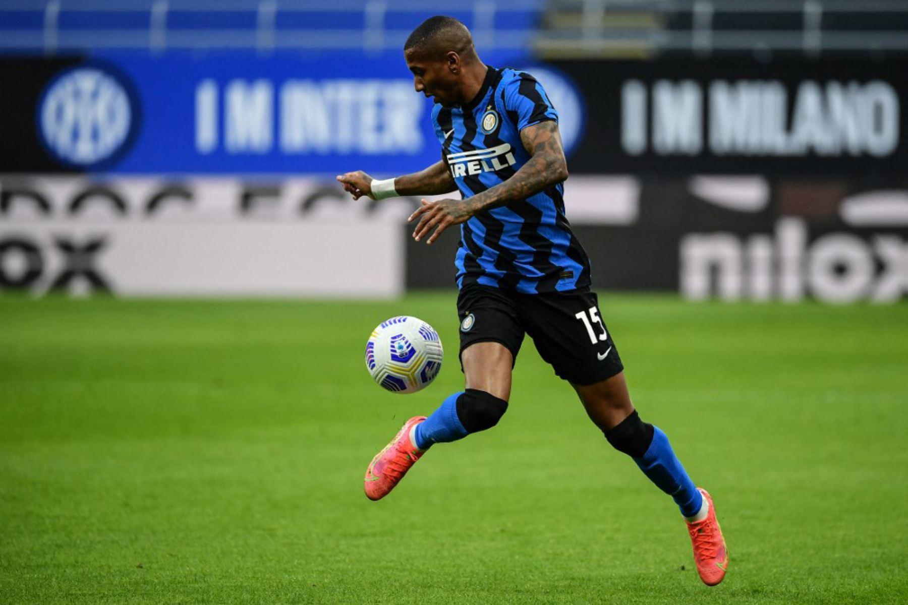 El centrocampista inglés del Inter de Milán Ashley Young controla el balón durante el partido de fútbol de la Serie A italiana Inter de Milán vs Sassuolo.  Foto:AFP