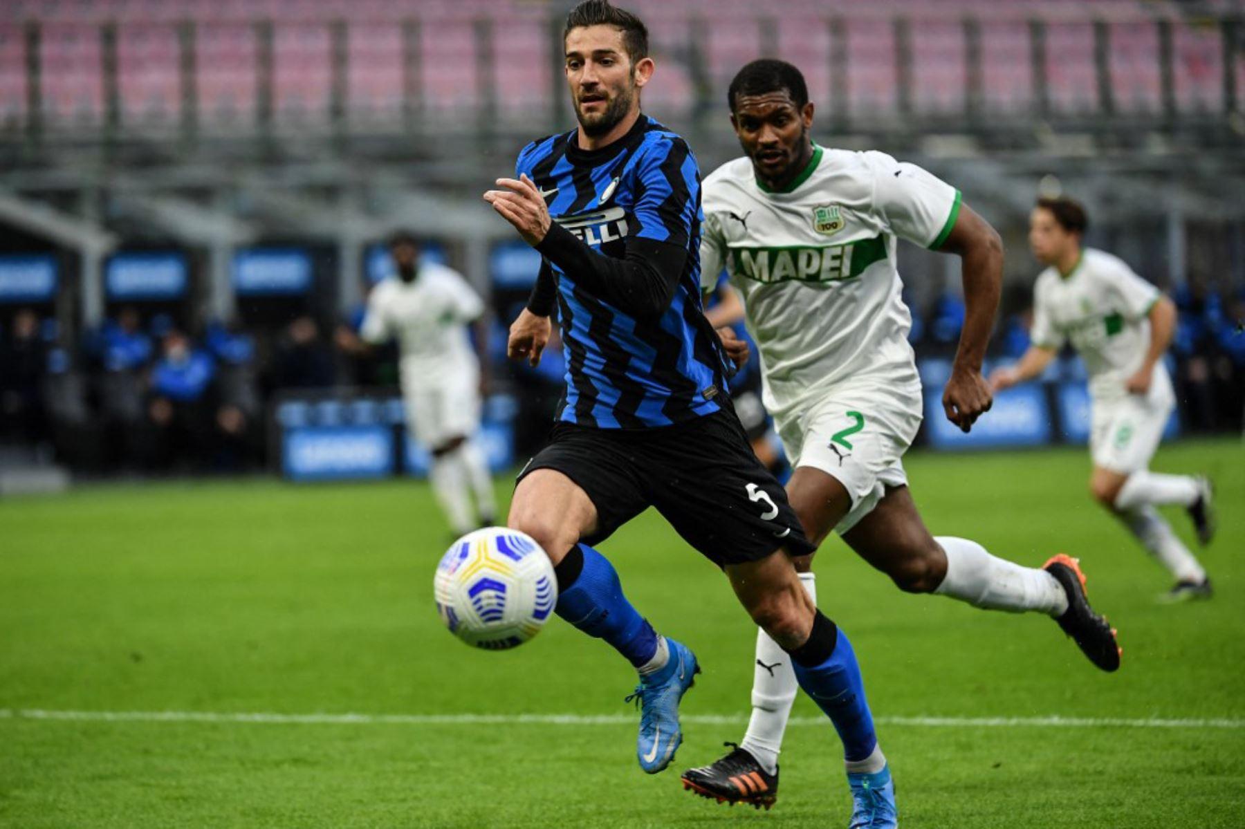 El centrocampista italiano del Inter de Milán Roberto Gagliardini (C) supera al defensor brasileño del Sassuolo, Marlon, durante el partido de fútbol de la Serie A italiana Inter de Milán vs Sassuolo.  Foto:AFP