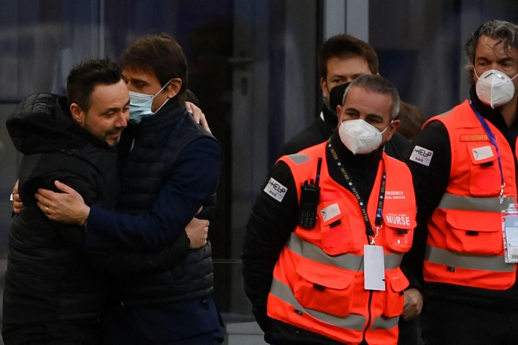 El entrenador italiano de Sassuolo, Roberto De Zerbi (izq.), Y el entrenador italiano del Inter de Milán, Antonio Conte, se abrazan antes del partido de fútbol de la Serie A italiana Inter de Milán vs Sassuolo.  Foto:AFP