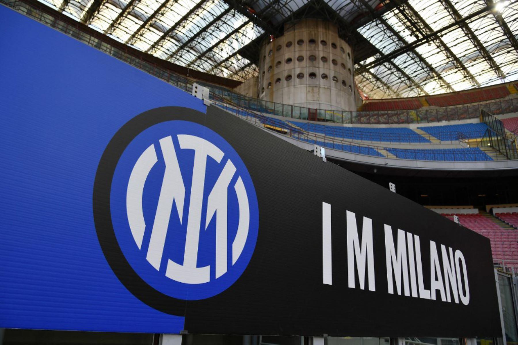 El nuevo logo oficial del Inter de Milán se muestra antes del partido de fútbol de la Serie A italiana Inter de Milán vs Sassuolo.  Foto:AFP