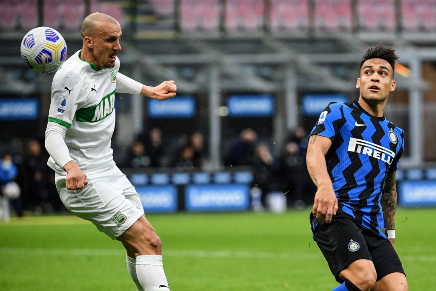 El defensor rumano de Sassuolo Vlad Chiriches (L) y el delantero argentino del Inter de Milán Lautaro Martínez van por el balón durante el partido de fútbol de la Serie A italiana Inter de Milán vs Sassuolo.  Foto:AFP