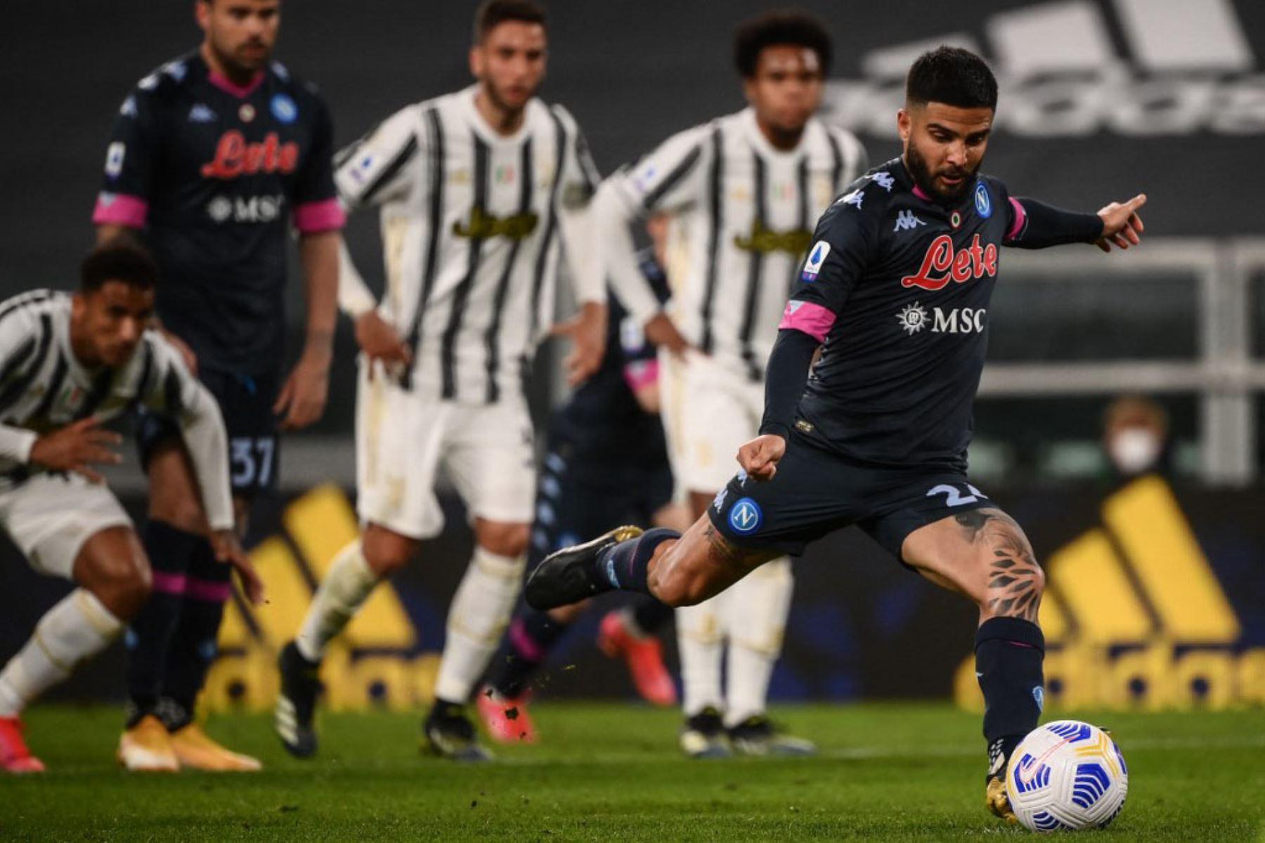 El delantero italiano del Napoli Lorenzo Insigne (R) dispara para marcar un penalti durante el partido de fútbol de la Serie A italiana Juventus vs Napoli.  Foto:AFP