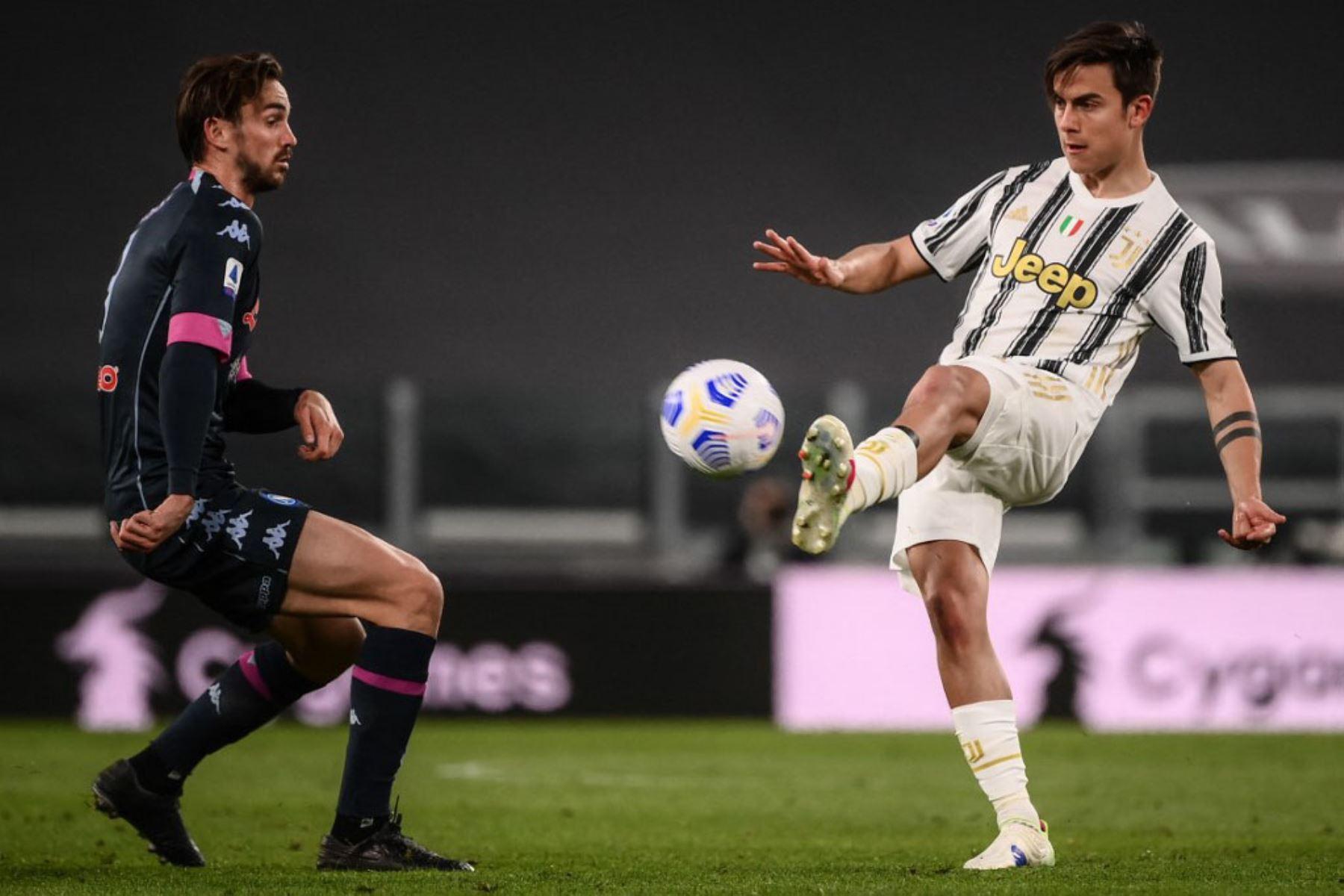 El delantero argentino de la Juventus Paulo Dybala patea el balón más allá del mediocampista español del Nápoles, Fabián Ruiz (L) durante el partido de fútbol de la Serie A italiana Juventus vs Napoli.  Foto:AFP