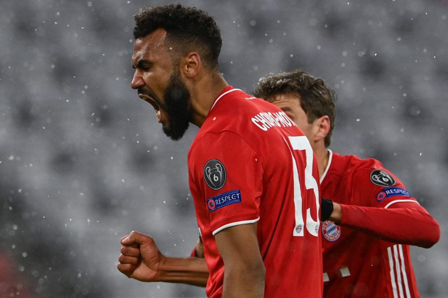 El delantero camerunés del Bayern de Múnich Eric Maxim Choupo-Moting (L) celebra marcando el gol 1-2 con su compañero de equipo, el delantero alemán del Bayern de Múnich Thomas Mueller durante los cuartos de final de la Liga de Campeones de la UEFA el primer partido de fútbol entre el FC Bayern de Múnich y el Paris Saint- Germain (PSG) en Munich.  Foto:AFP