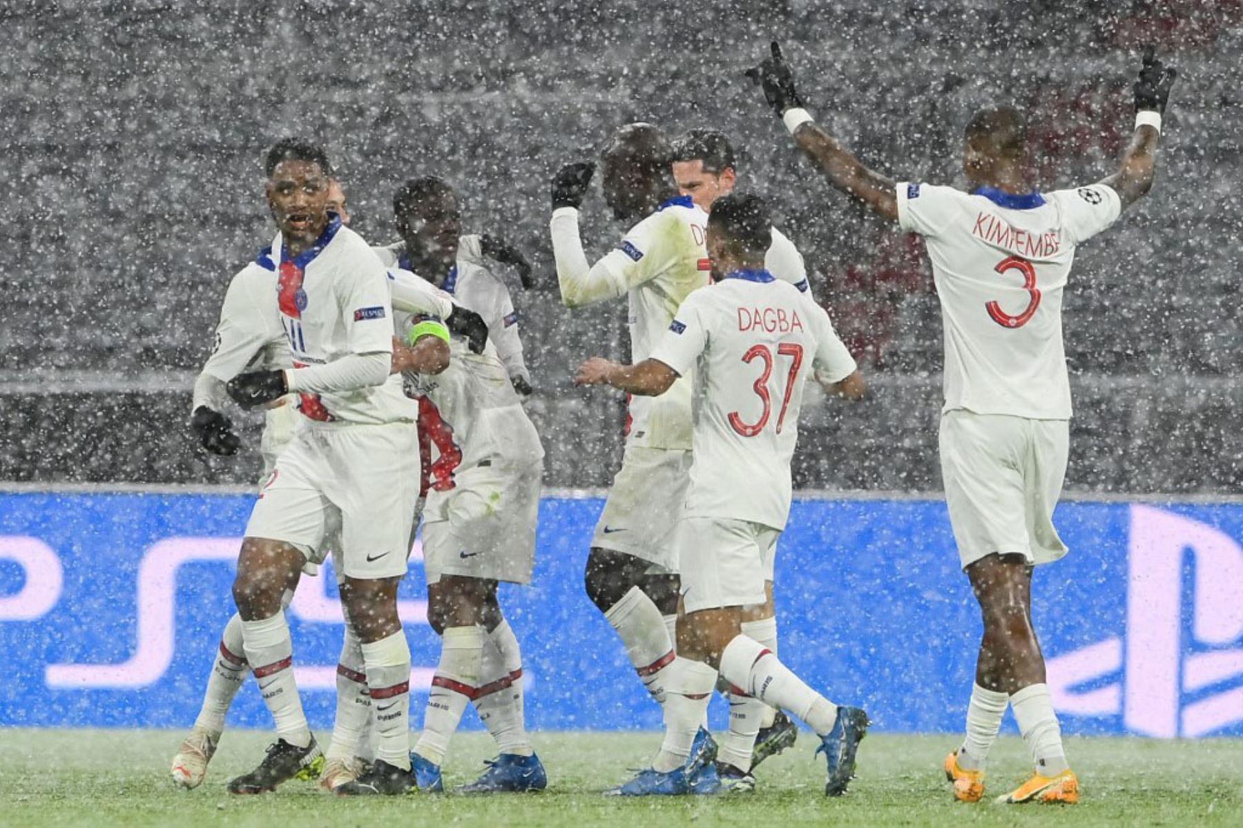 El defensor brasileño del Paris Saint-Germain Marquinhos (oculto, 2L) celebra el 0-2 con sus compañeros de equipo durante el partido de ida de cuartos de final de la Liga de Campeones de la UEFA entre el FC Bayern Munich y el Paris Saint-Germain.  Foto:AFP