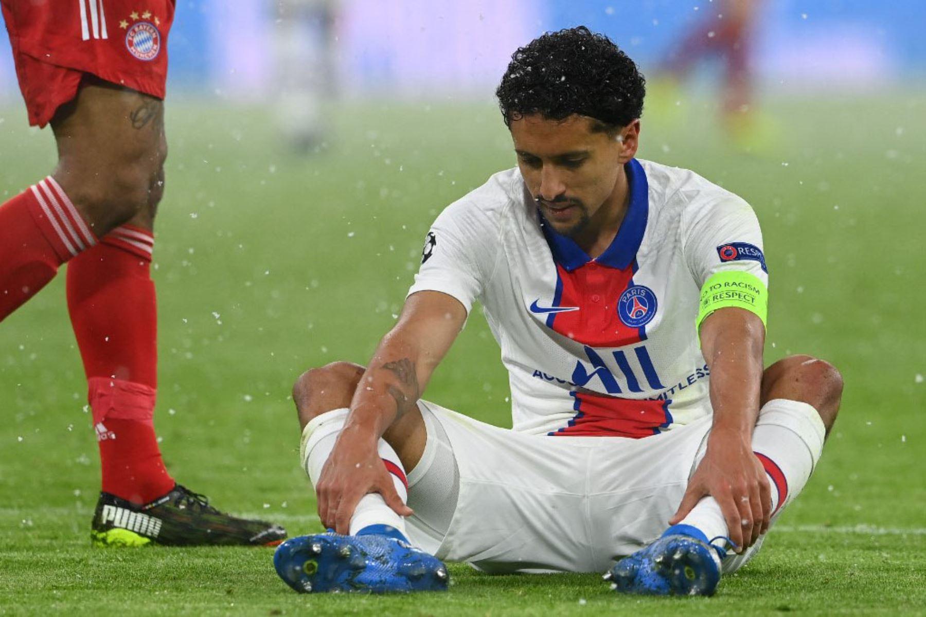 El defensa brasileño del Paris Saint-Germain, Marquinhos, se encuentra lesionado justo después de anotar el 0-2 y tiene que irse durante el partido de ida de cuartos de final de la UEFA Champions League entre el FC Bayern de Múnich y el Paris Saint-Germain.  Foto:AFP