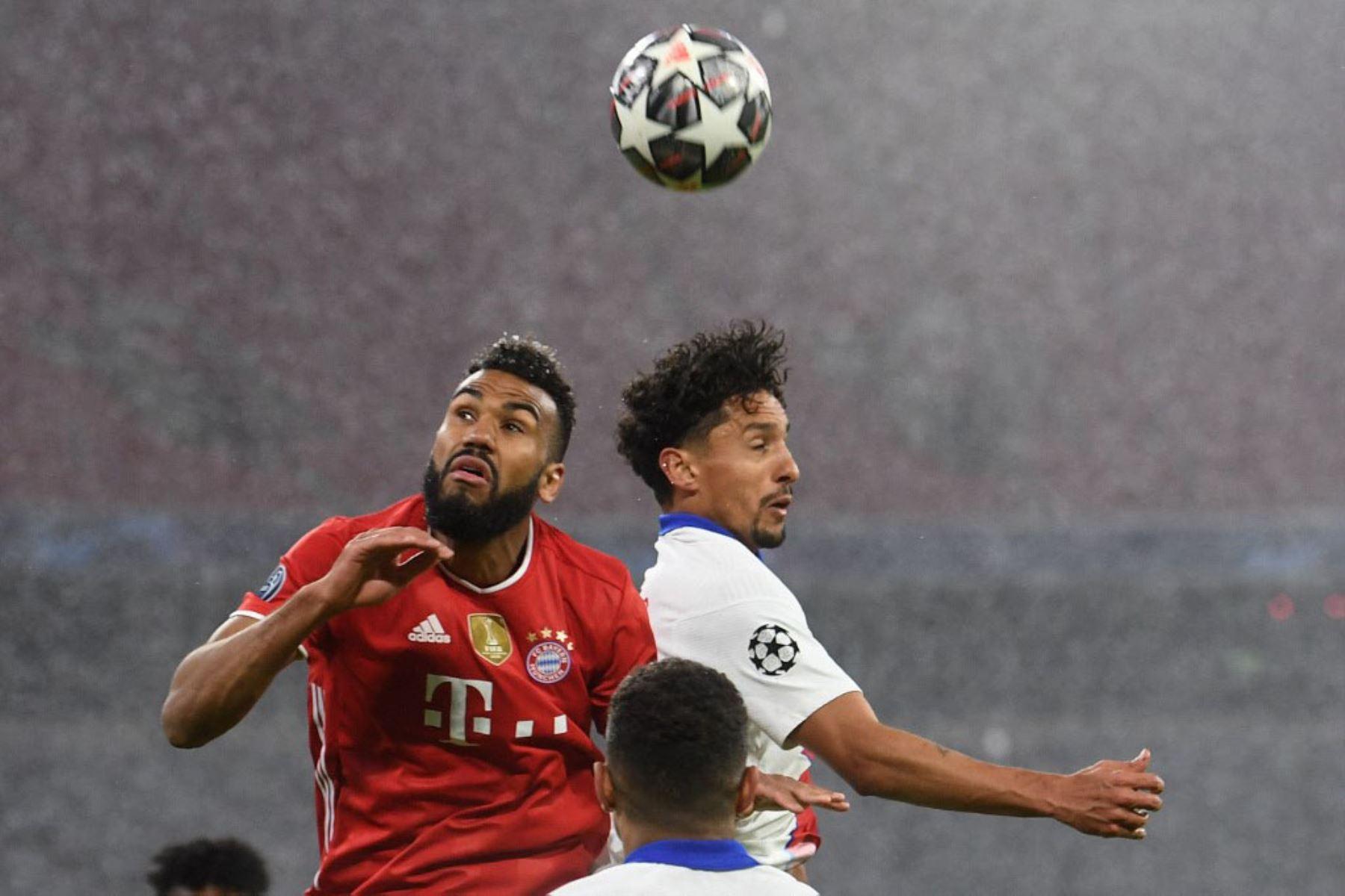 El delantero camerunés del Bayern de Múnich Eric Maxim Choupo-Moting (L) y el defensor brasileño del Paris Saint-Germain Marquinhos saltan a la cabeza durante el partido de ida de cuartos de final de la Liga de Campeones de la UEFA entre el FC Bayern de Múnich y el Paris Saint-Germain.  Foto:AFP