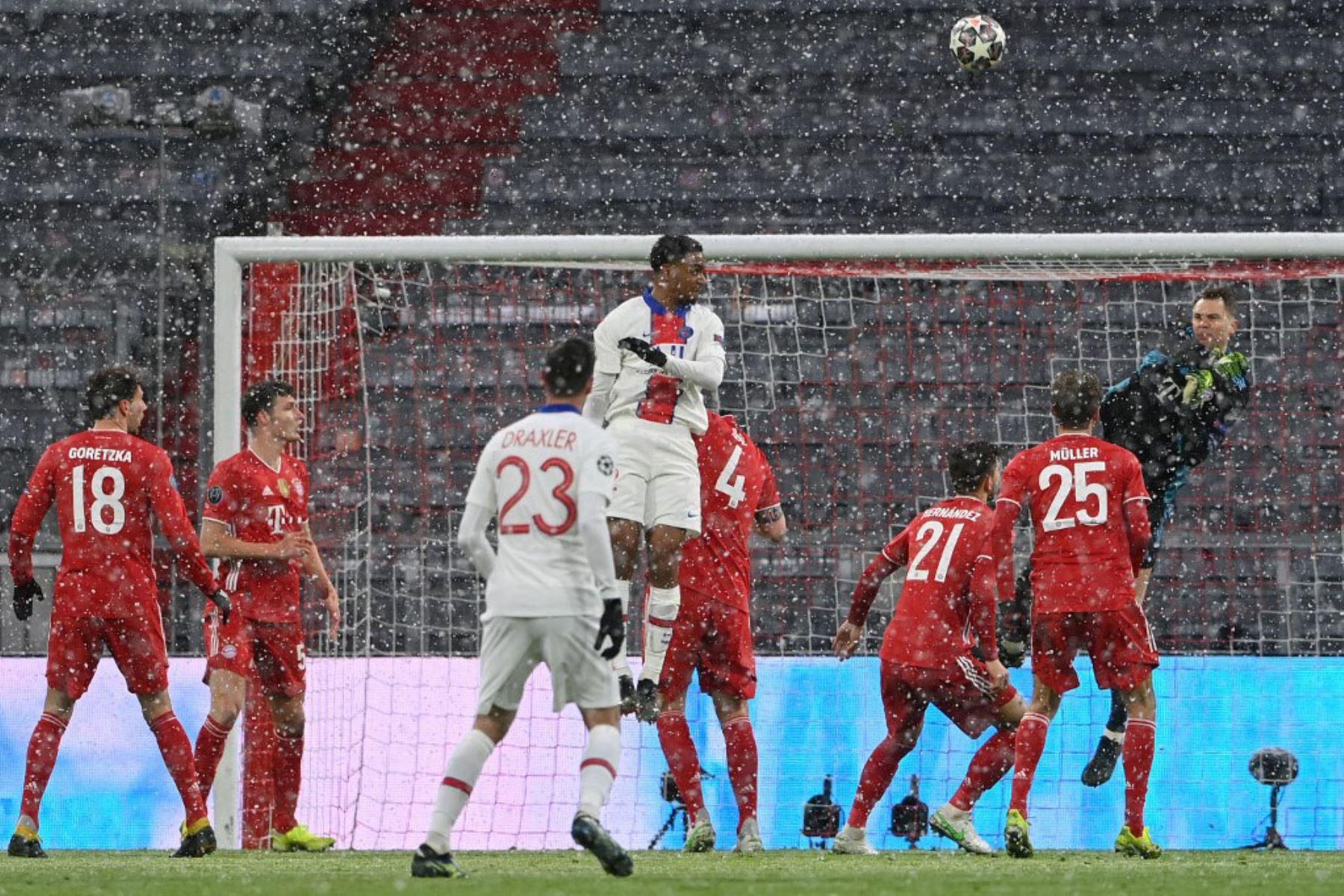 El portero alemán del Bayern de Múnich Manuel Neuer despeja el balón durante el partido de ida de cuartos de final de la Liga de Campeones de la UEFA entre el FC Bayern de Múnich y el Paris Saint-Germain (PSG) en Múnich.  Foto:AFP