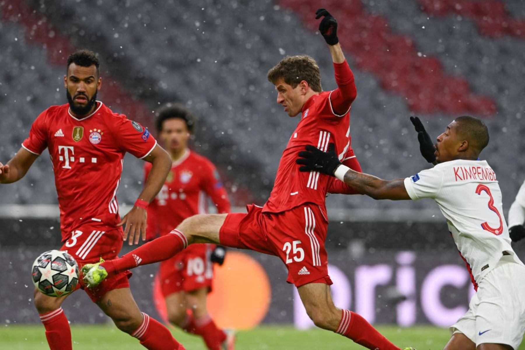 El delantero alemán del Bayern de Múnich Thomas Mueller (C) llega a la pelota por delante del defensor francés del Paris Saint-Germain Presnel Kimpembe (R) durante los cuartos de final de la Liga de Campeones de la UEFA de ida del partido de fútbol entre el FC Bayern de Múnich y el Paris Saint-Germain.  Foto:AFP