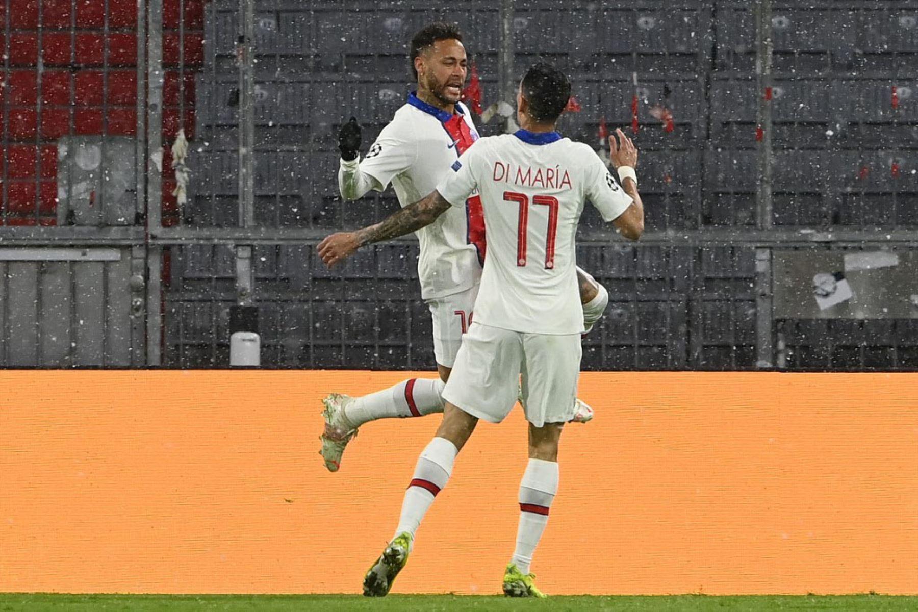 El delantero brasileño del Paris Saint-Germain Neymar (L) y el centrocampista argentino del Paris Saint-Germain Angel Di Maria celebran el gol del 0-1 durante el partido de ida de cuartos de final de la Liga de Campeones de la UEFA entre el FC Bayern de Múnich y el Paris Saint-Germain.  Foto:AFP