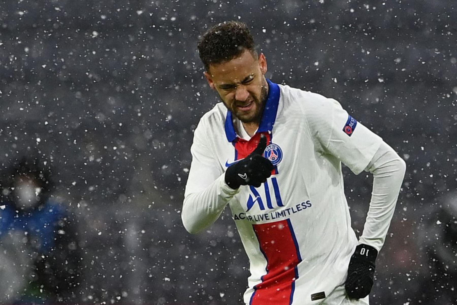 El delantero brasileño del Paris Saint-Germain, Neymar, celebra después de que el delantero francés del Paris Saint-Germain, Kylian Mbappé (no en la imagen), anotó el 0-1 durante el partido de ida de cuartos de final de la UEFA Champions League entre el FC Bayern de Múnich y el Paris Saint-Germain.  Foto:AFP