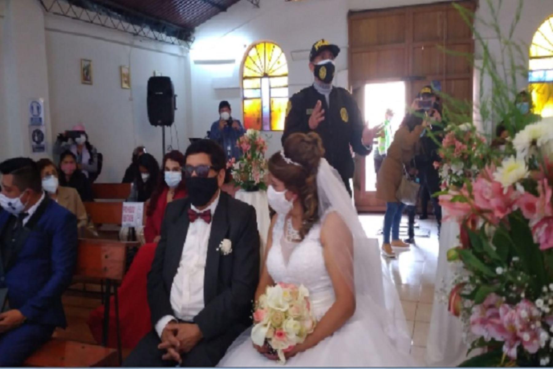 Los novios y concurrentes se encerraron con candado en la capilla